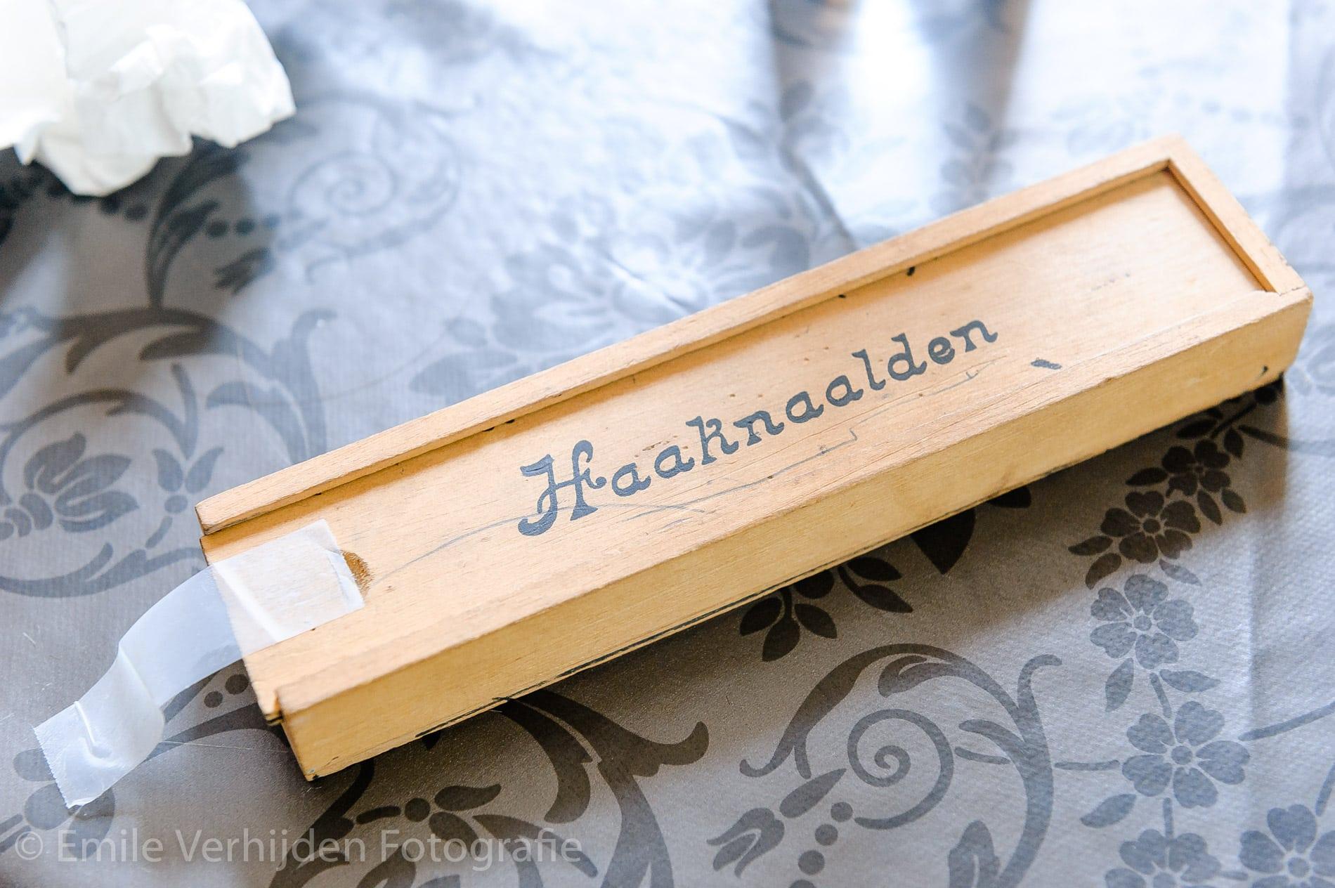 Haaknaalden... voor wie ooit getrouwd is weet waarvoor ze dienen. Bruidsfotograaf Kasteel Groot Buggenum Grathem Limburg