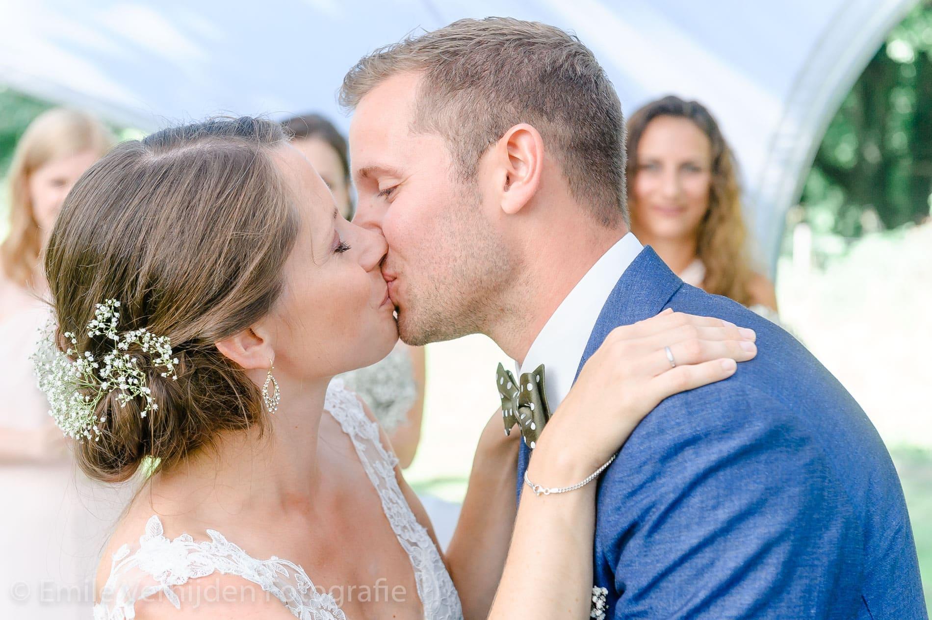 De kus tijdens de ceremonie- Bruidsfotografie Winselerhof Landgraaf - Kerkrade
