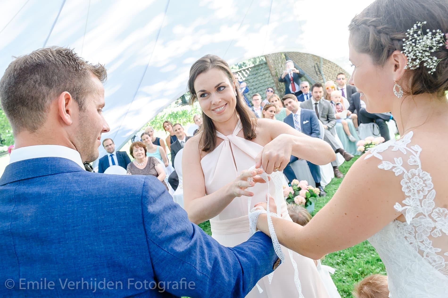 Samen verbonden in een ritueel door een van de bruidsmeisjes