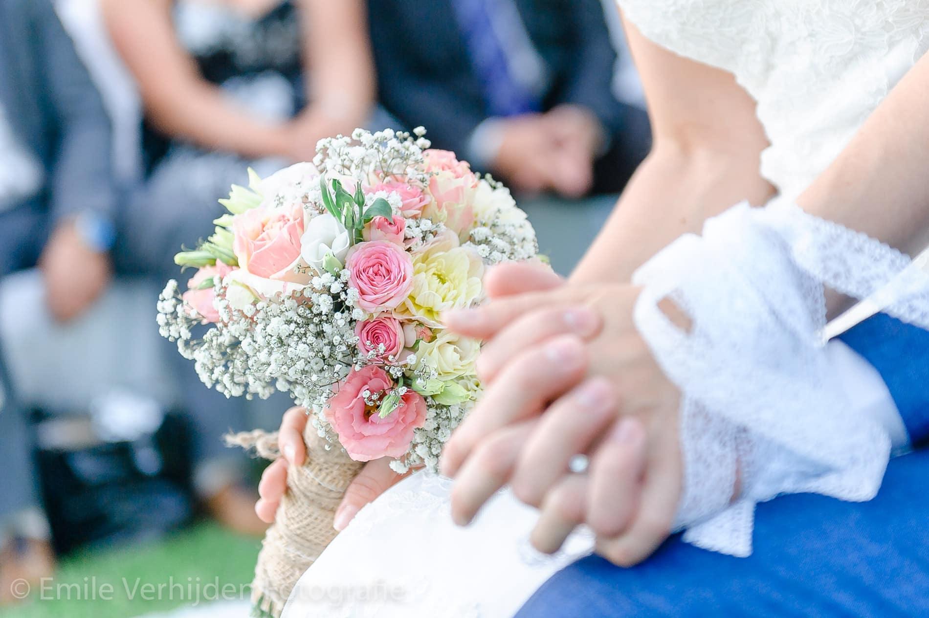 Closeup bruidsboeket tijdens de ceremonie