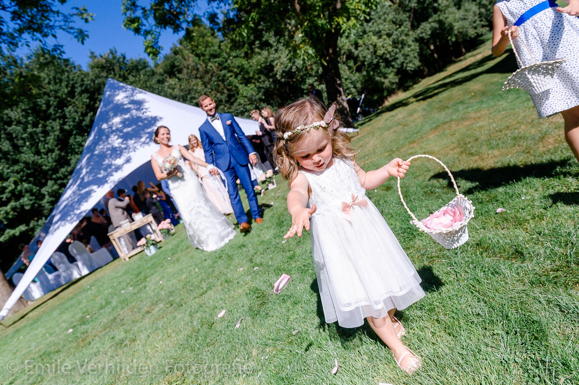 Bruidsmeisje strooit blaadjes- Bruidsfotografie Winselerhof Landgraaf - Kerkrade