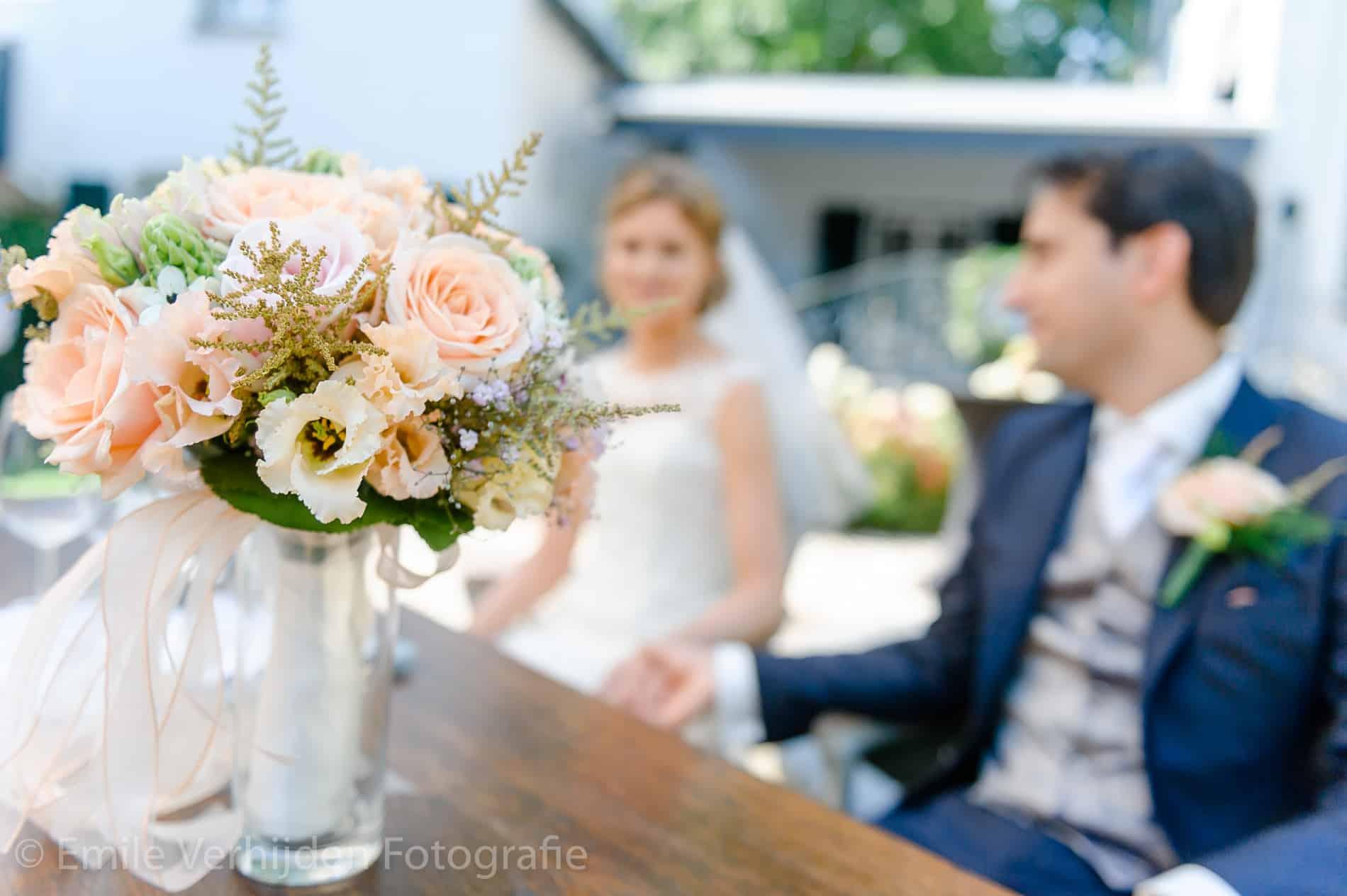 Bruidsboeket tijdens de ceremonie. Trouwfotograaf Limburg Emile Verhijden