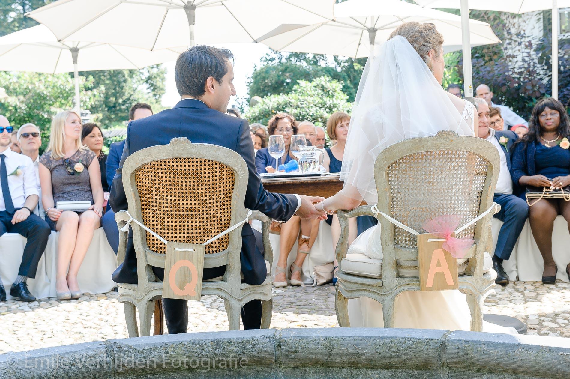Hand in hand tijdens de ceremonie. Bruidsfotograaf Kasteel Groot Buggenum Grathem Limburg