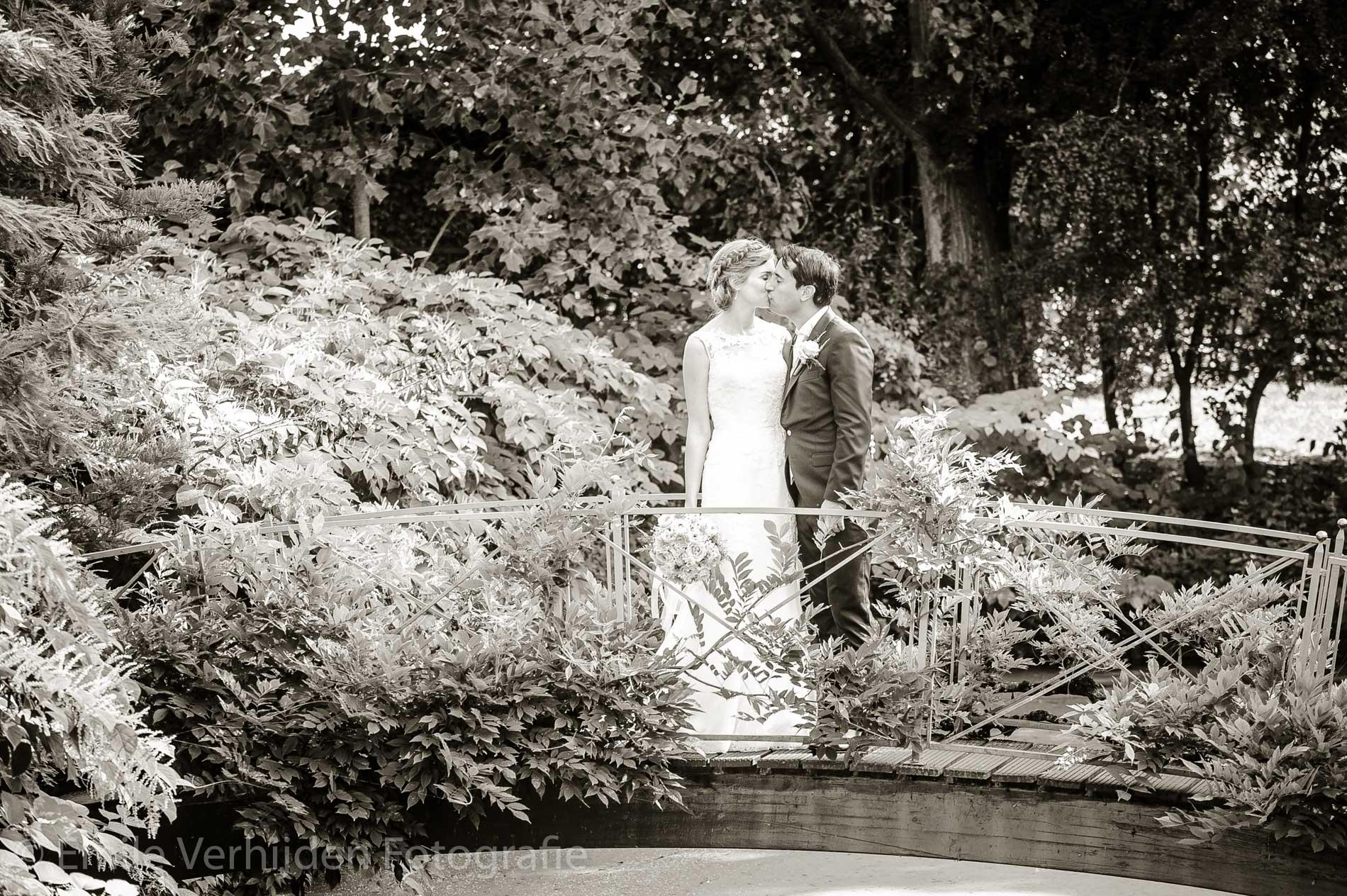 Een kus op de brug van Kasteel Groot Buggenum. Trouwfotograaf Limburg Emile Verhijden