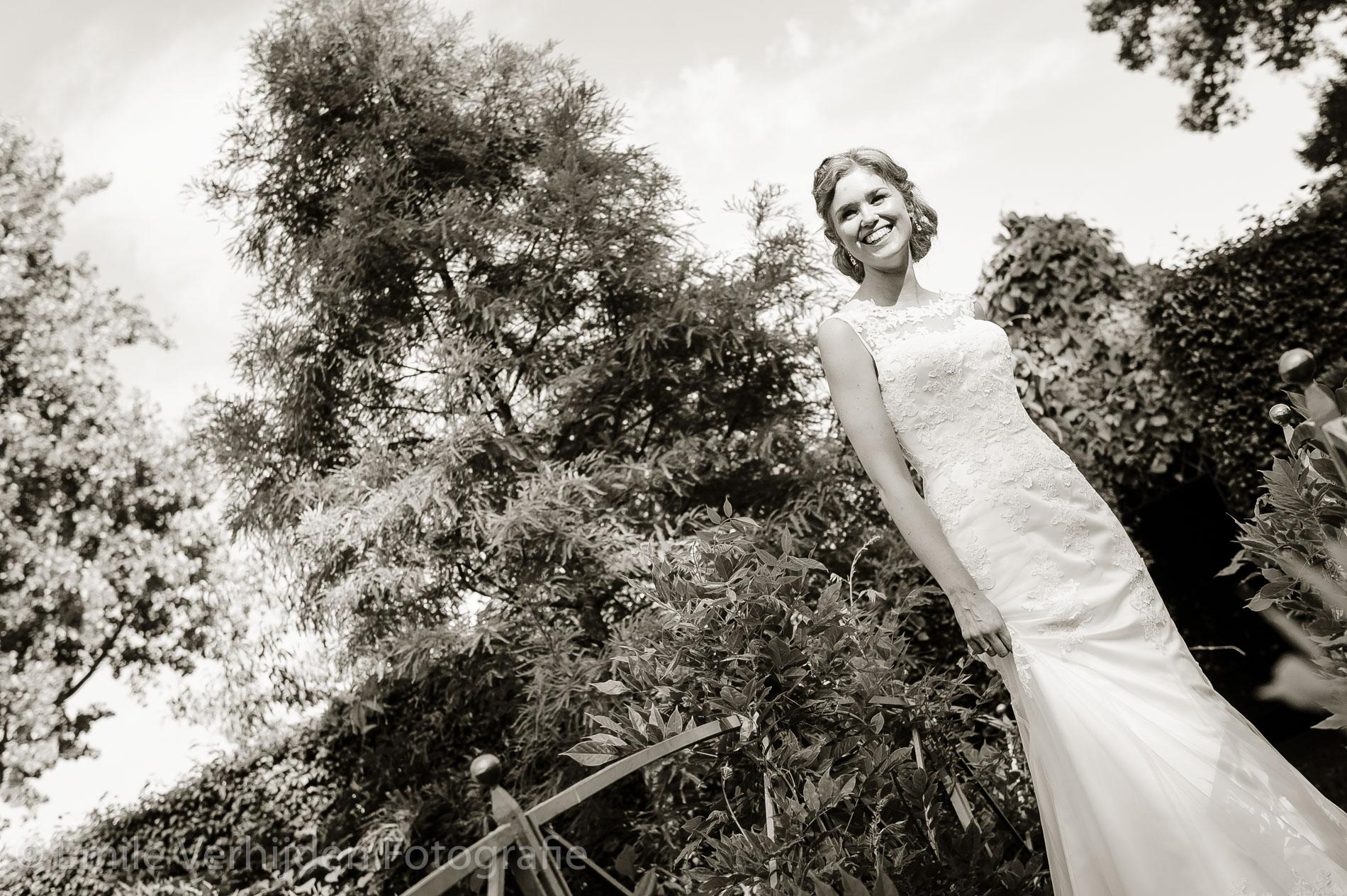 Stralende bruid op de brug. Bruidsfotograaf Kasteel Groot Buggenum Grathem Limburg