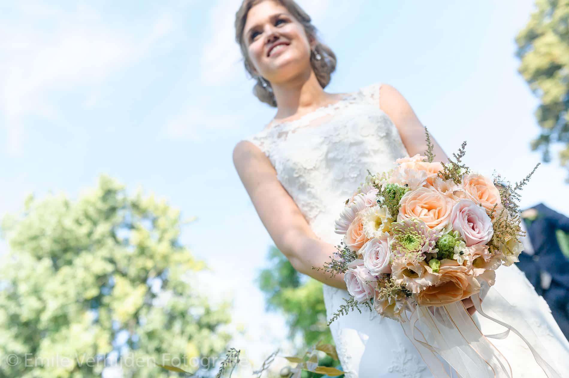 Bruid met boeket. Bruidsfotograaf Kasteel Groot Buggenum Grathem Limburg