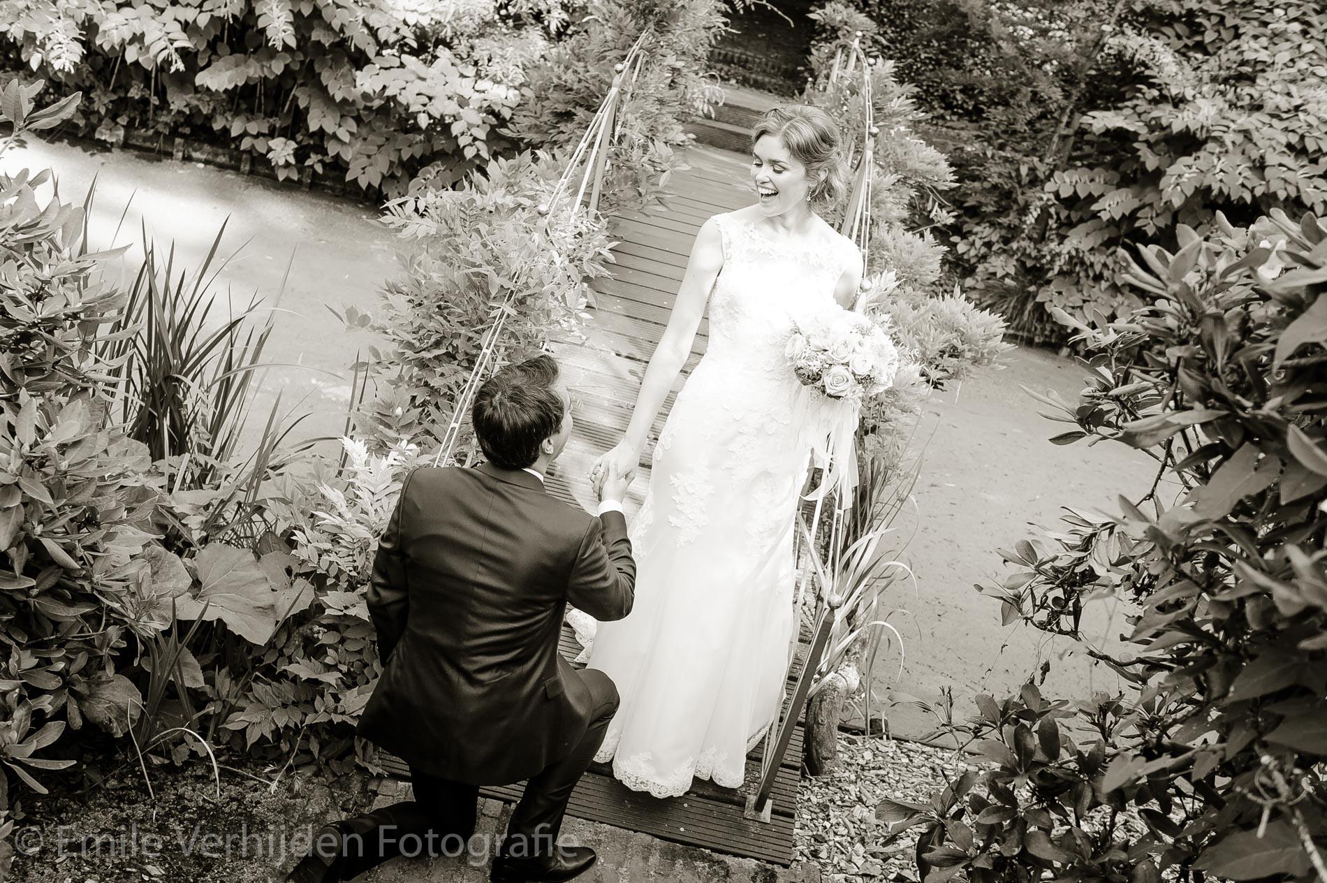 Een huwelijksaanzoek. Bruidsfotograaf Kasteel Groot Buggenum Grathem Limburg