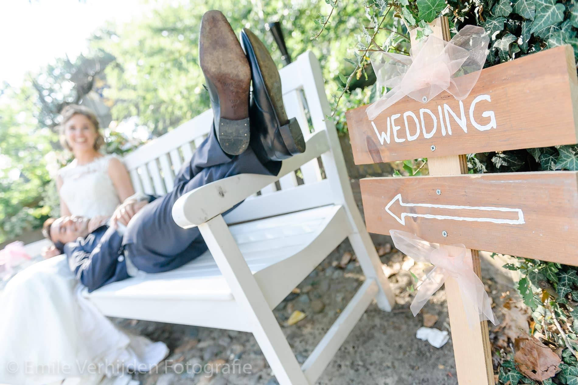 De bruidegom ligt lekker op de bank. Bruidsfotograaf Kasteel Groot Buggenum Grathem Limburg