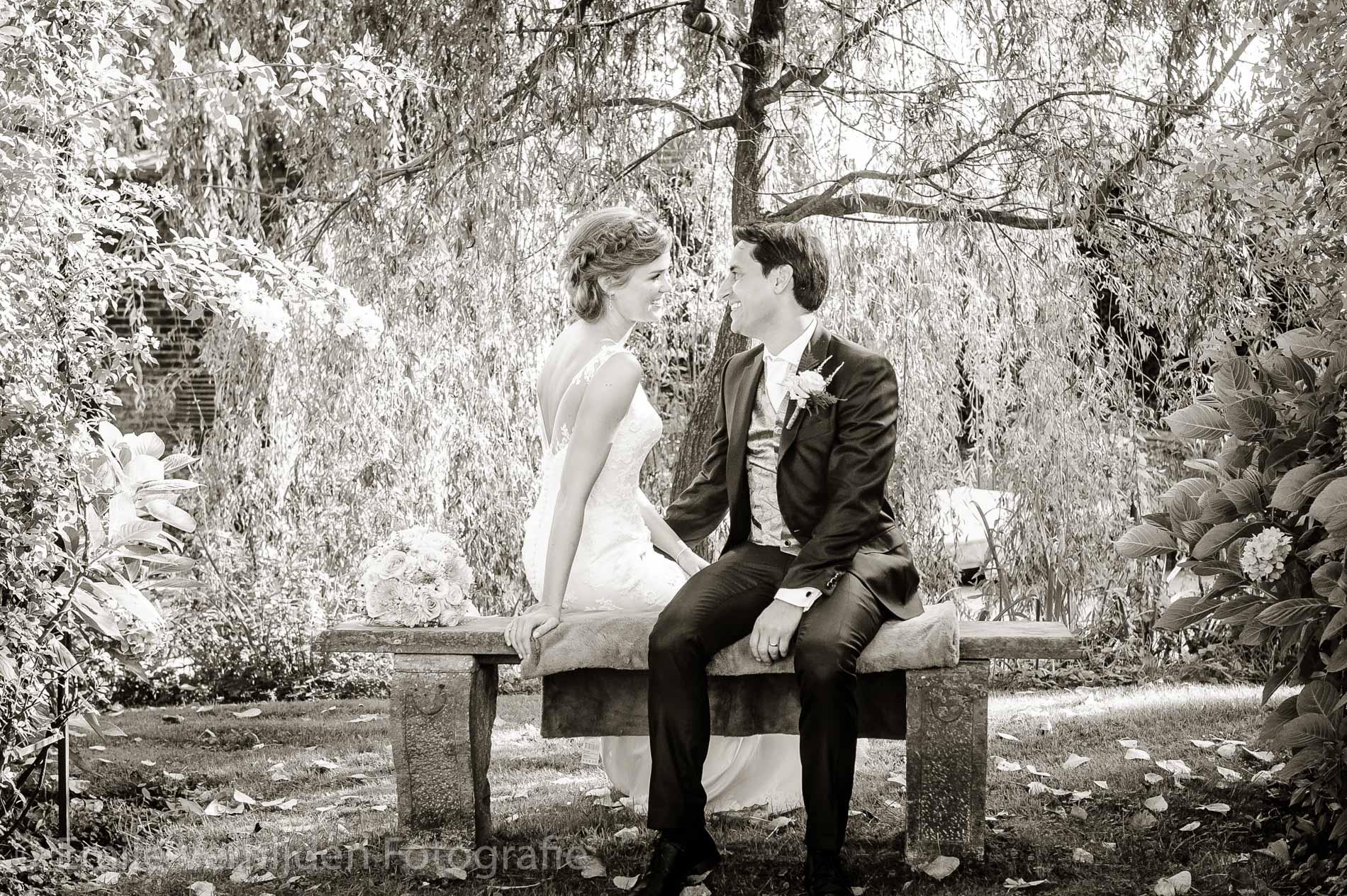 Samen op het bankje in het park. Bruidsfotograaf Kasteel Groot Buggenum Grathem Limburg