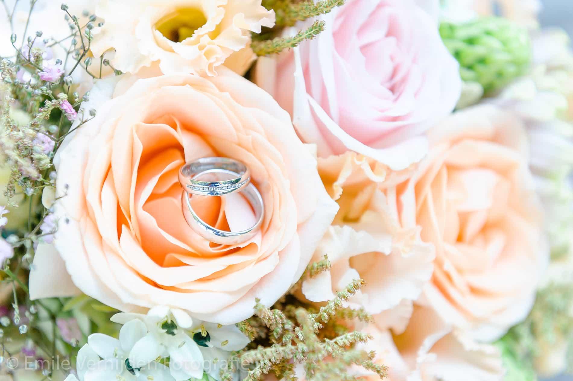 Bruidsboeket met ringen in close-up. Bruidsfotograaf Kasteel Groot Buggenum Grathem Limburg