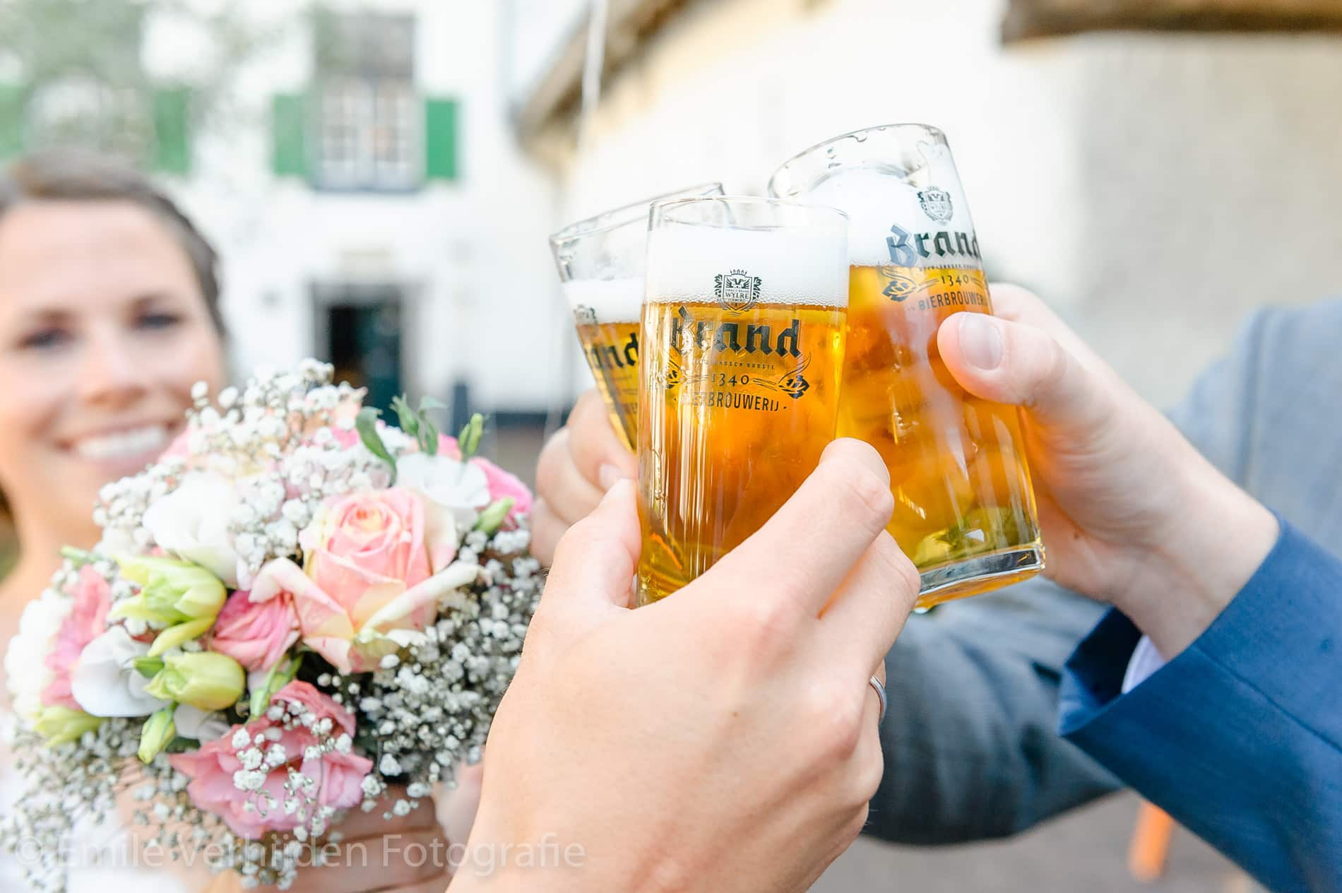 Met bier wordt getoast! - Bruidsfotografie Winselerhof Landgraaf - Kerkrade