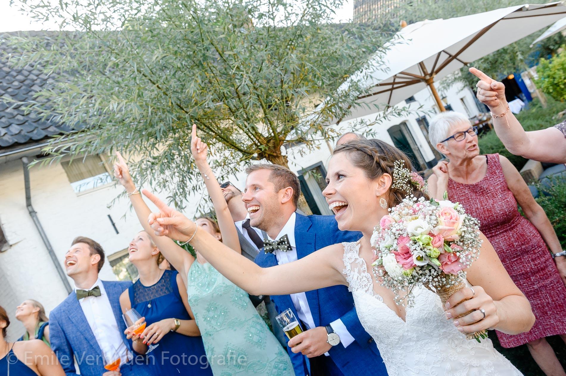 De ballonnen worden opgelaten - Bruidsfotografie Winselerhof Landgraaf - Kerkrade