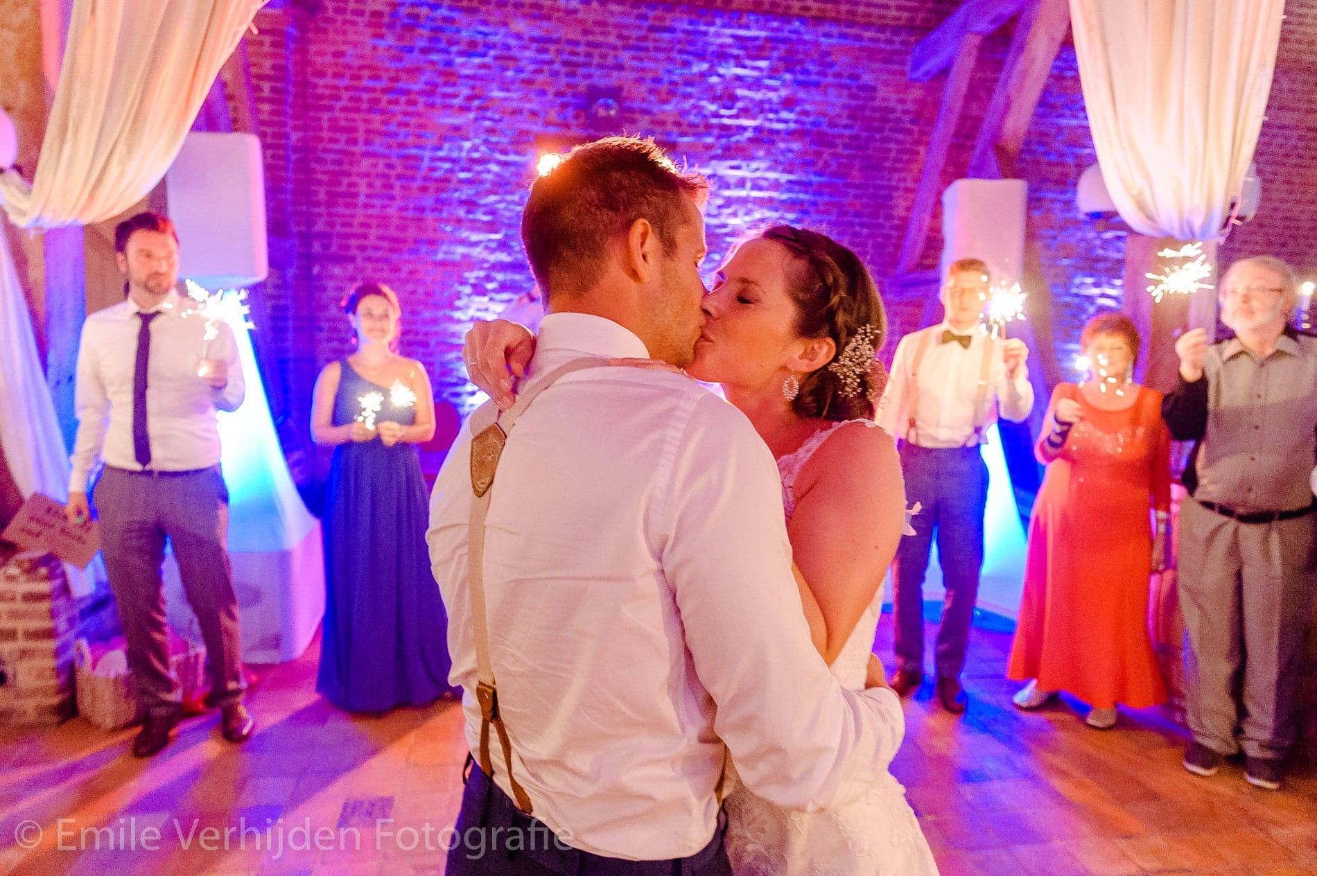 Dansen en kus - Bruidsfotografie Winselerhof Landgraaf - Kerkrade