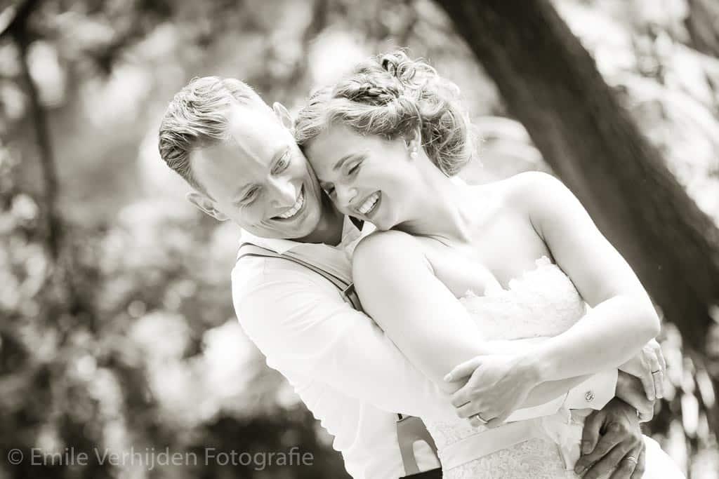 Bruidspaar omhelst elkaar bij Kasteel Daelenbroeck . Bruidsfotograaf Emile Verhijden