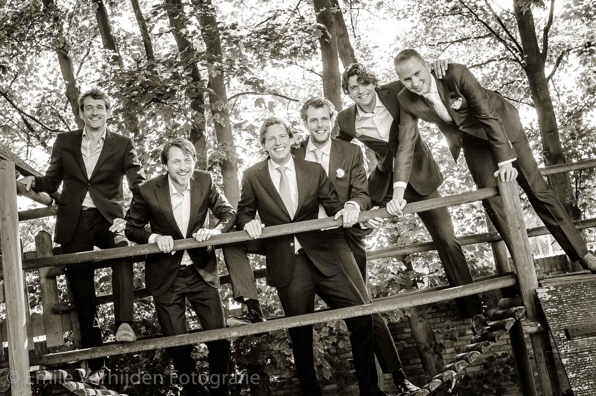 Stoere mannen op een klimrek bij Kasteel Eijckholt Roosteren. Bruidsfotogaaf Limburg Emile Verhijden