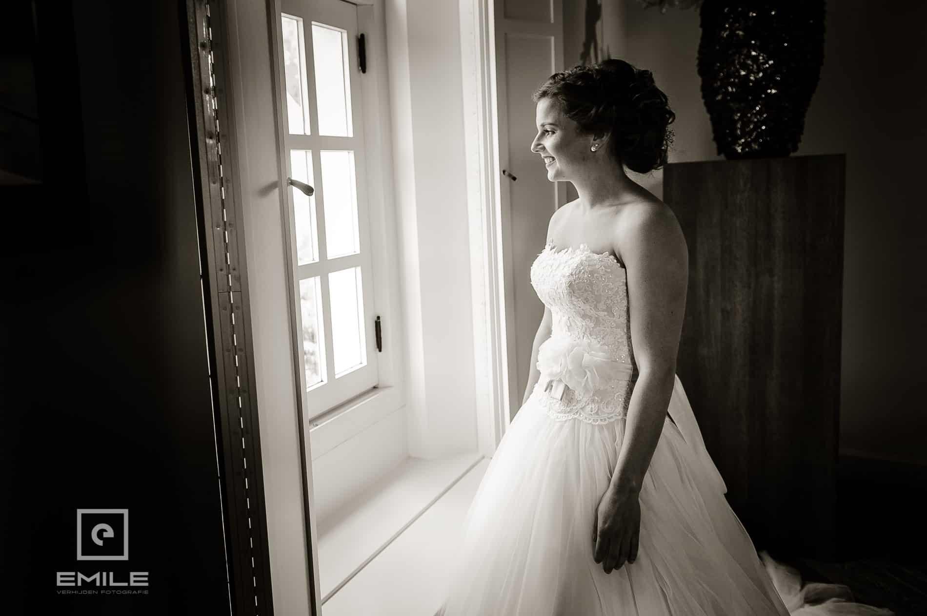 Bruid bij het raam. Bruidsfotograaf Limburg - Kasteel Daelenbroeck - Herkenbosch