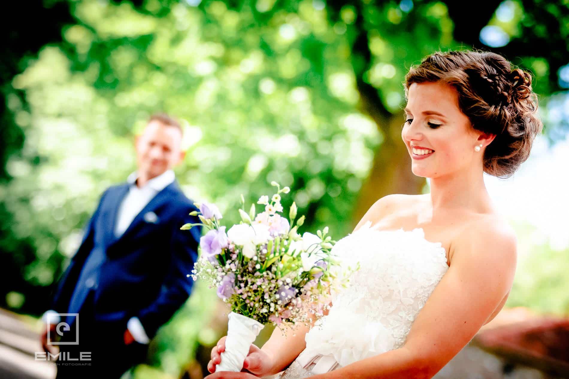 bruid kijkt naar bruidsboeket - Kasteel Daelenbroeck - Herkenbosch