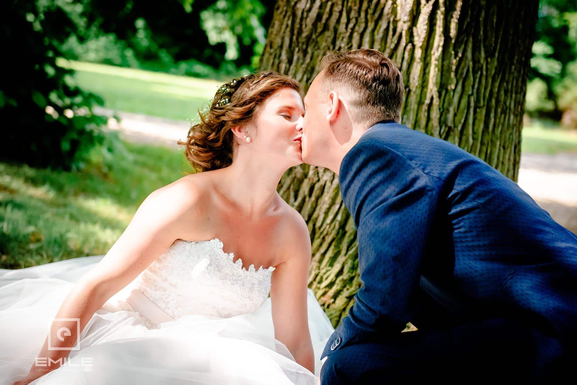 Een kus! Bruidsfotograaf Limburg - Kasteel Daelenbroeck - Herkenbosch