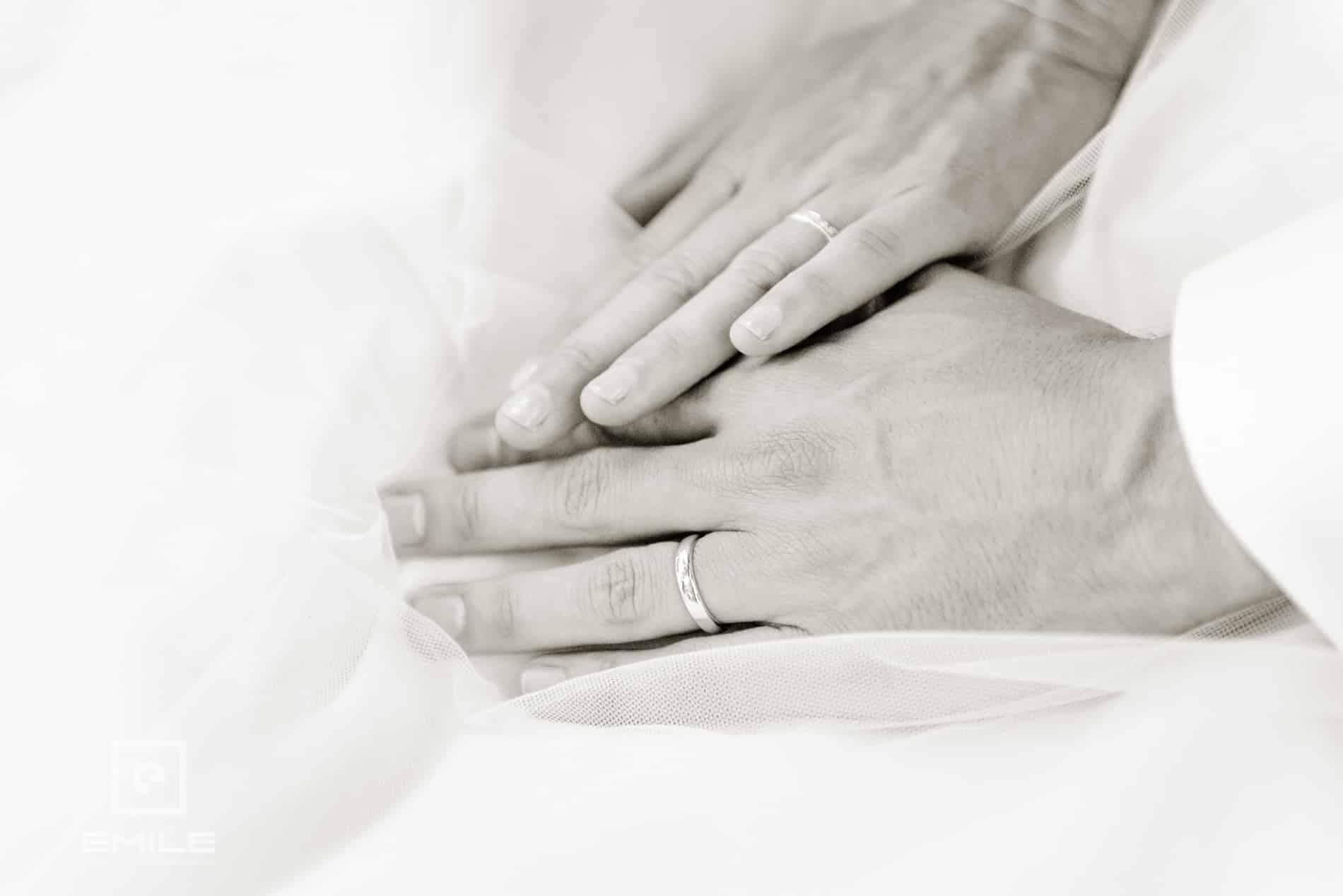 Close-up van de handen van het bruidspaar - Kasteel Daelenbroeck - Herkenbosch