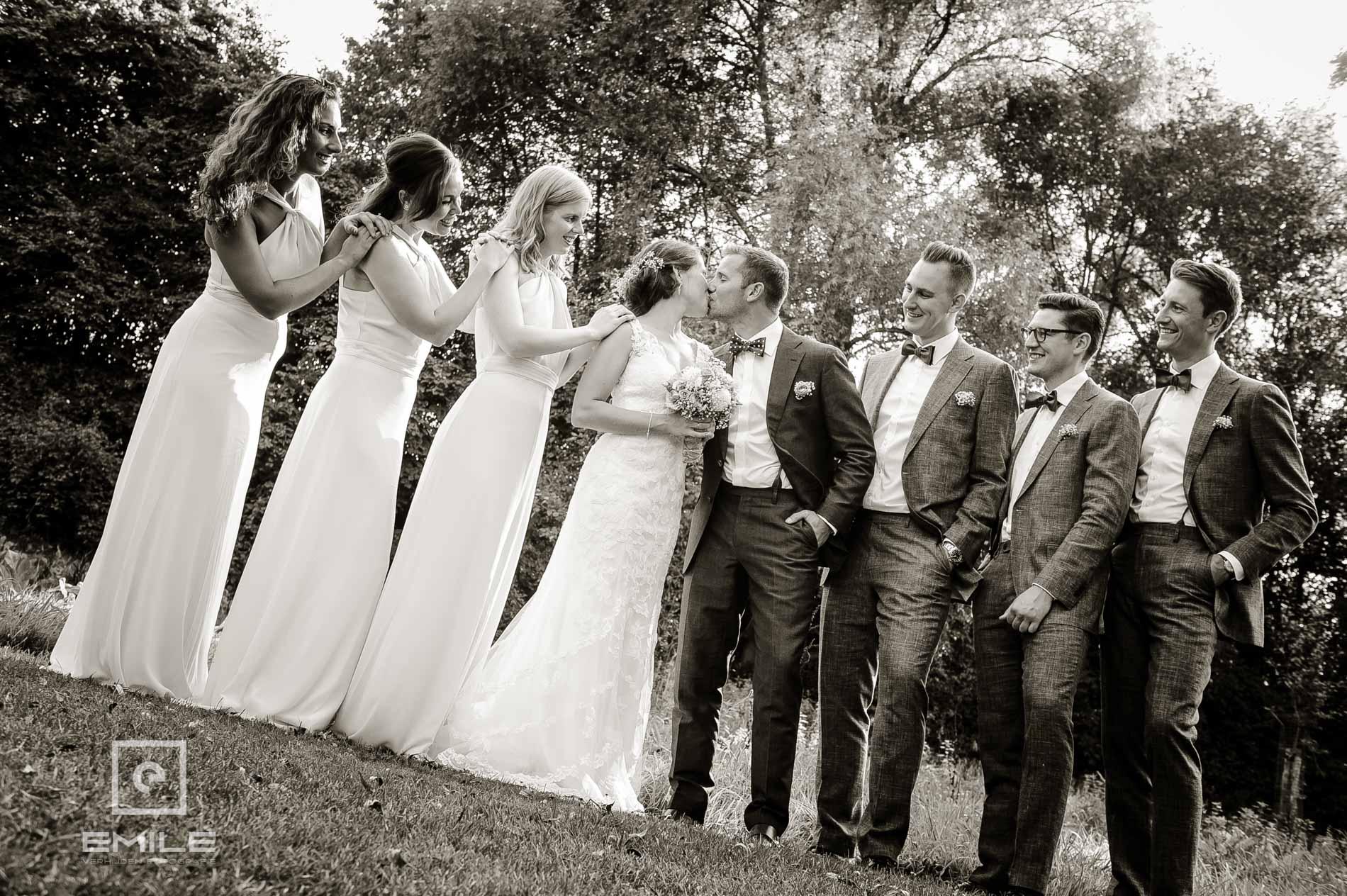 Bruidsfotograaf Landgraaf - Winselerhof. Een kus in het gezelschap van vrienden