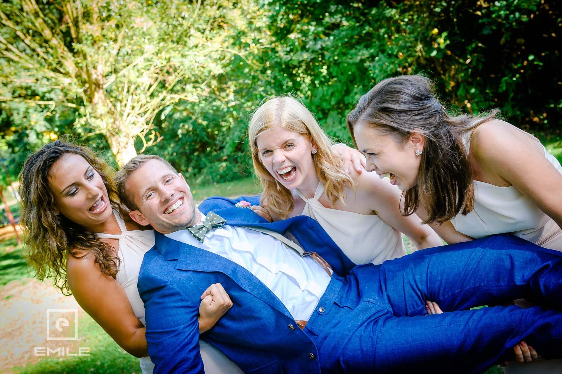 Bruidsfotograaf Landgraaf bruidegom wordt gedragen door de bruidsmeisjes