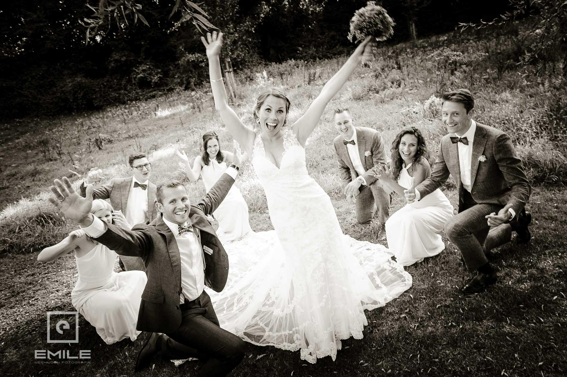 Bruid staat met de handen omhoog