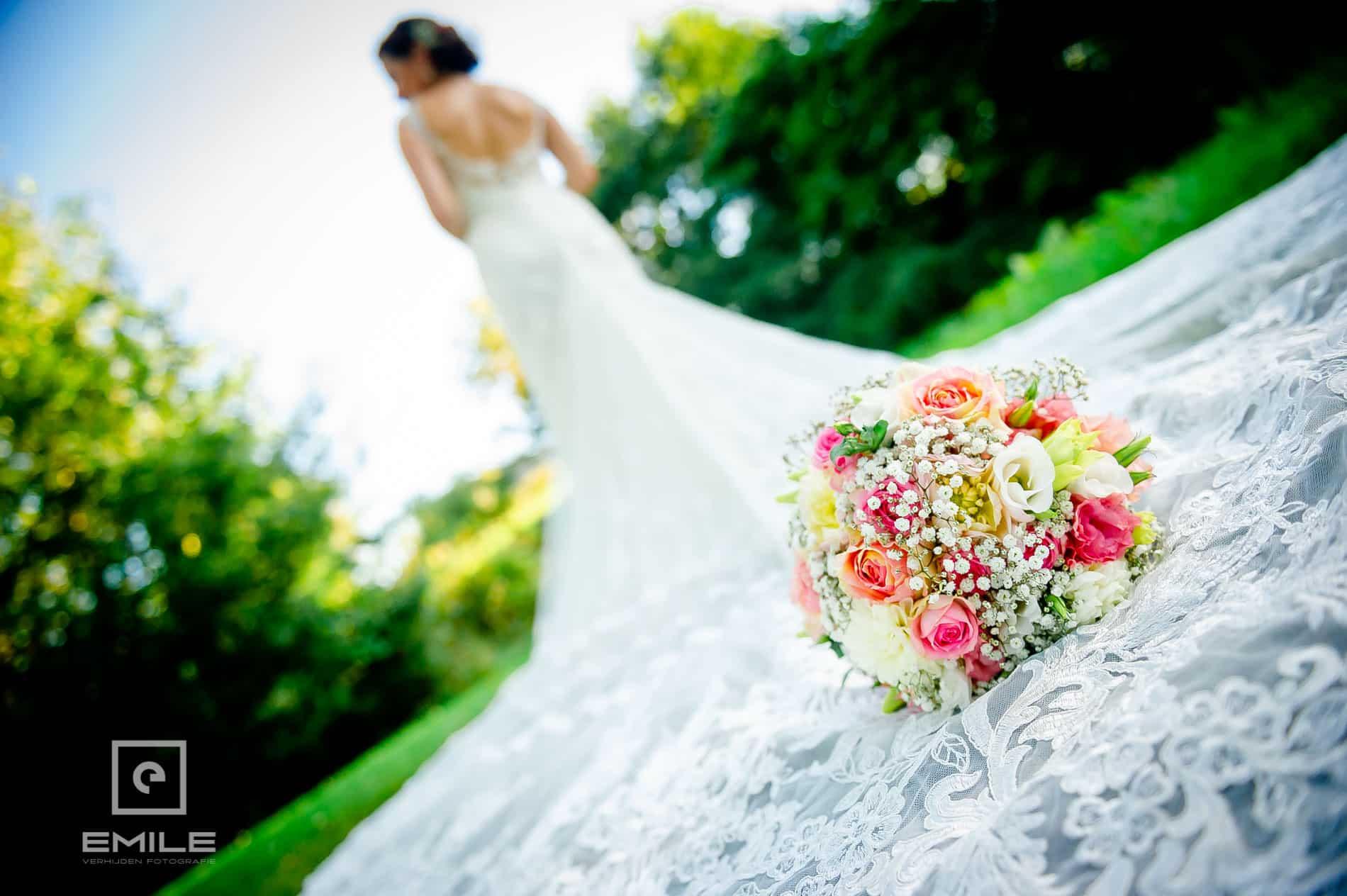 Bruidsfotograaf Landgraaf Winselerhof. Boeket op de jurk