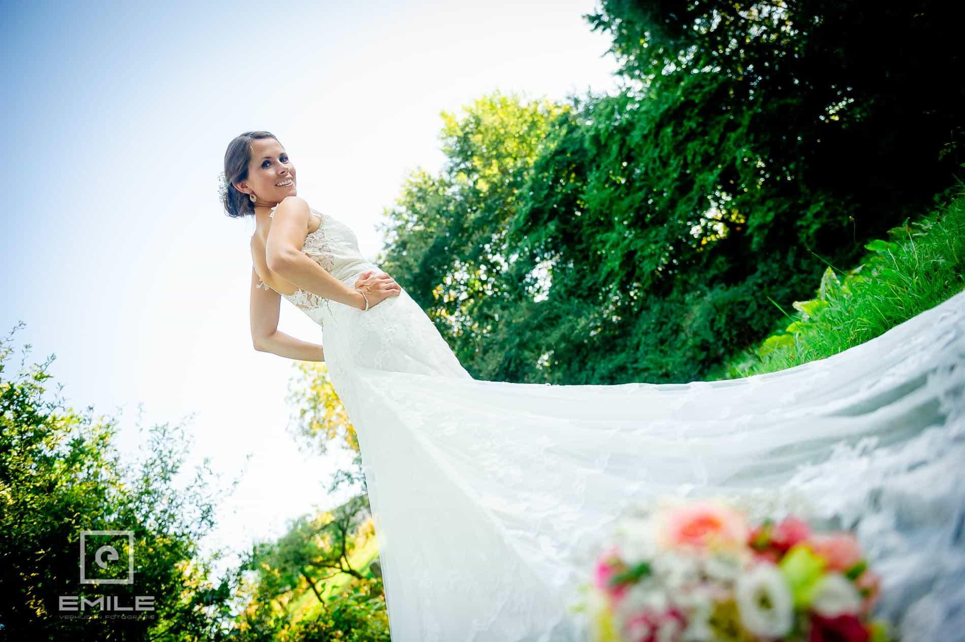 Boeket op de jurk, van onderaf gefotografeerd