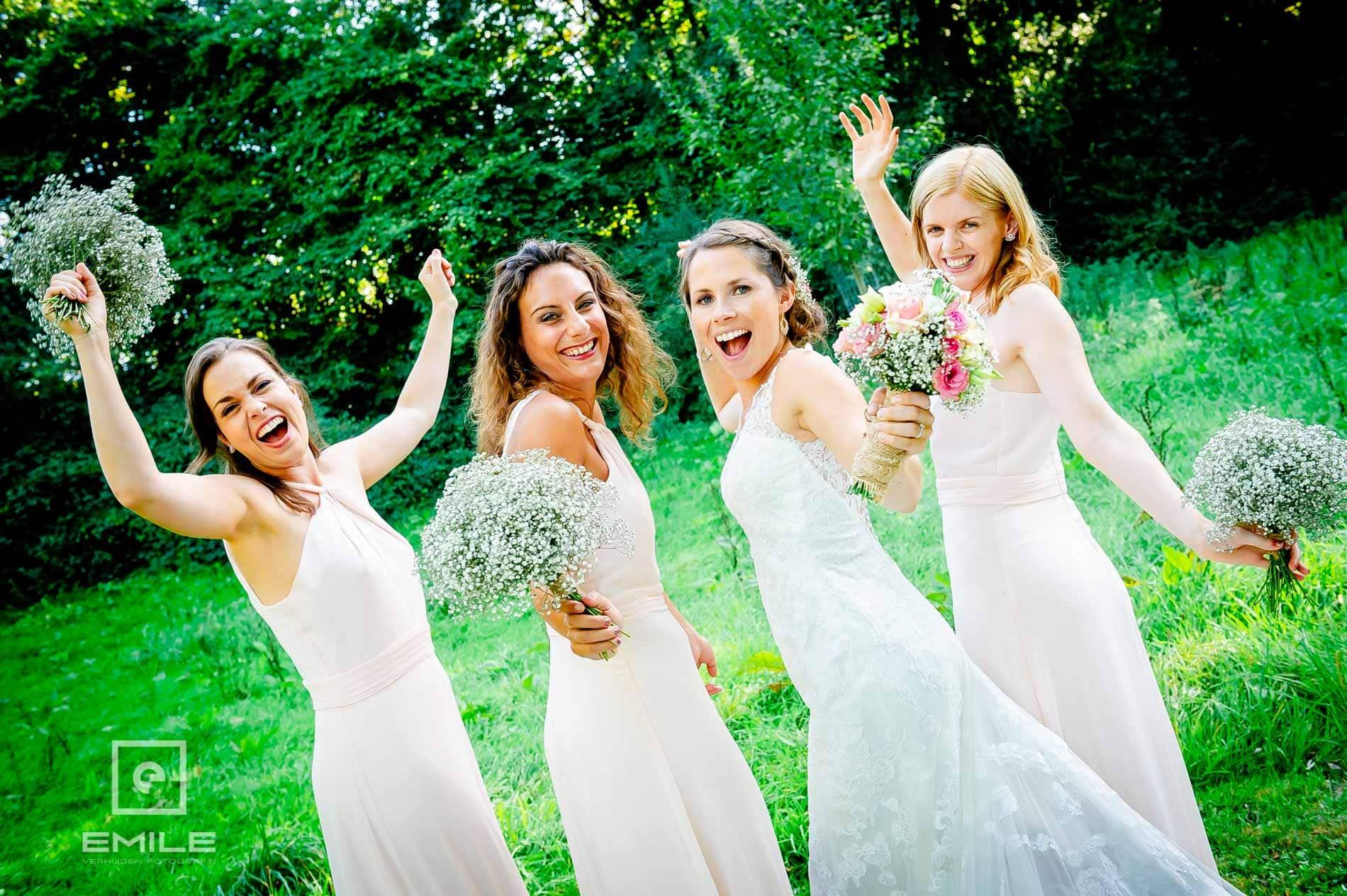 Gekke bruidsmeisjes samen met de bruid
