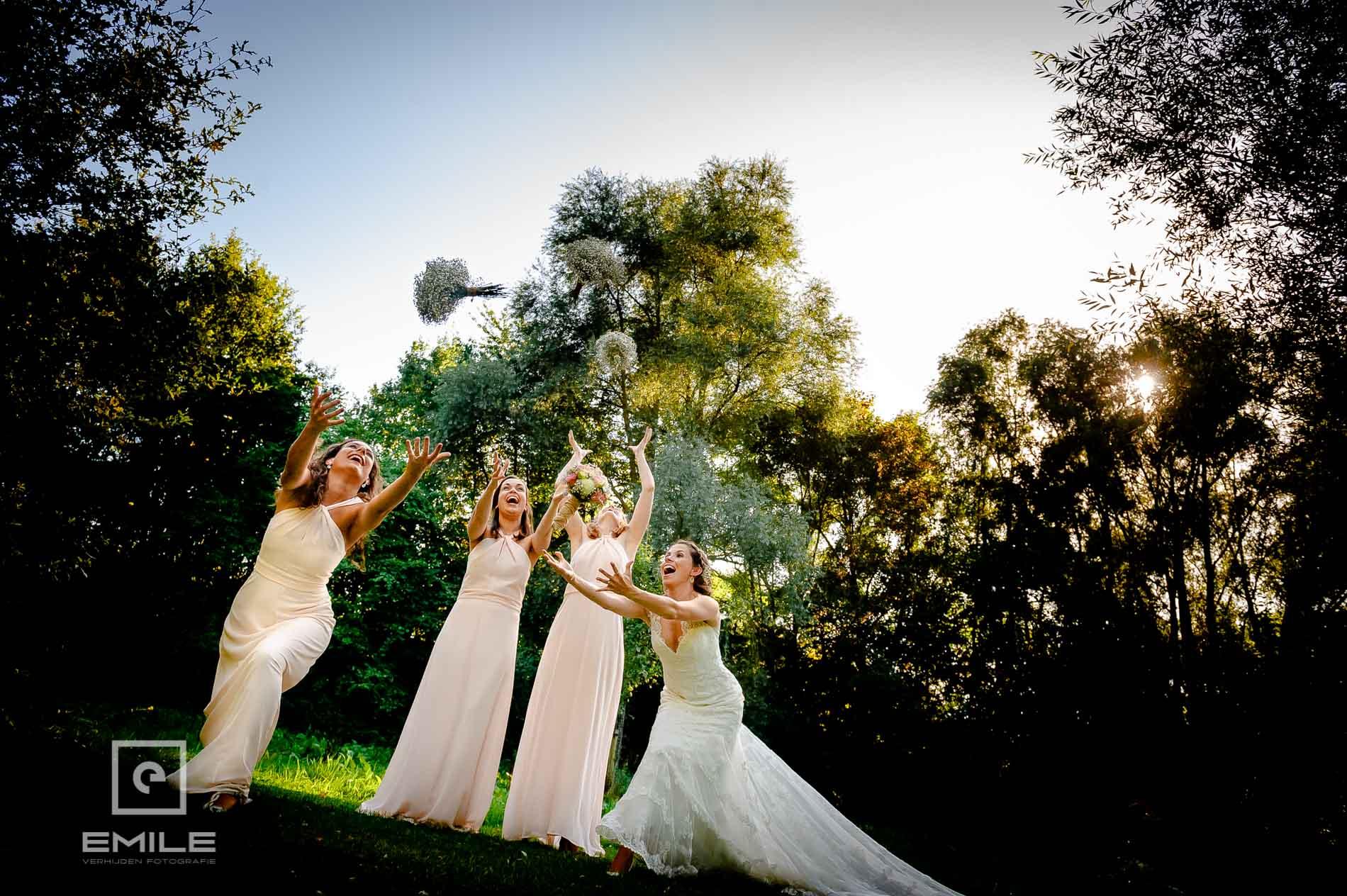 Bruidsboeket gooien in de tuin van de Winselerhof