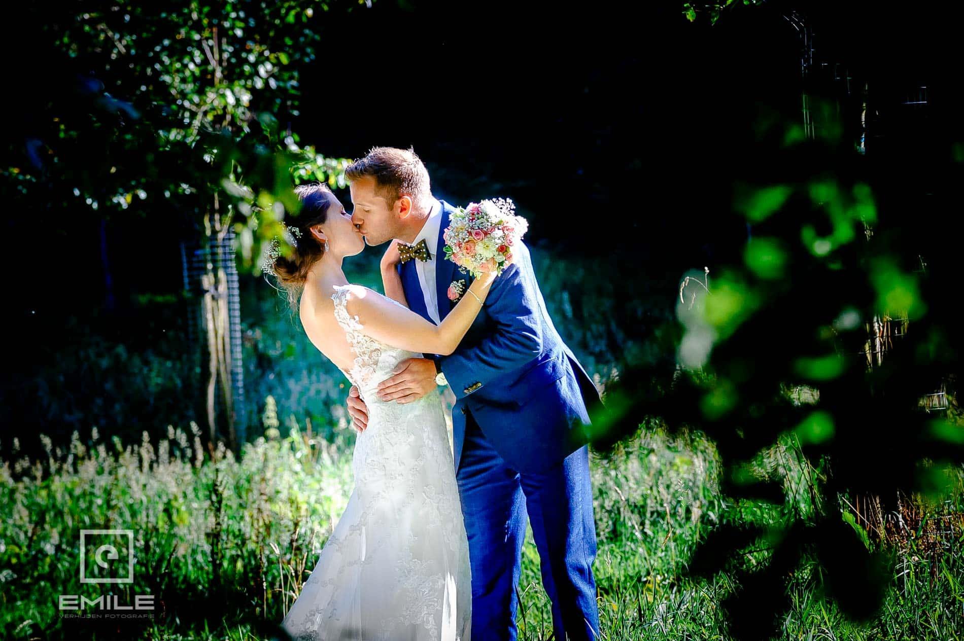 Bruidsfotograaf Landgraaf - Winselerhof. Een kus tussen de bomen