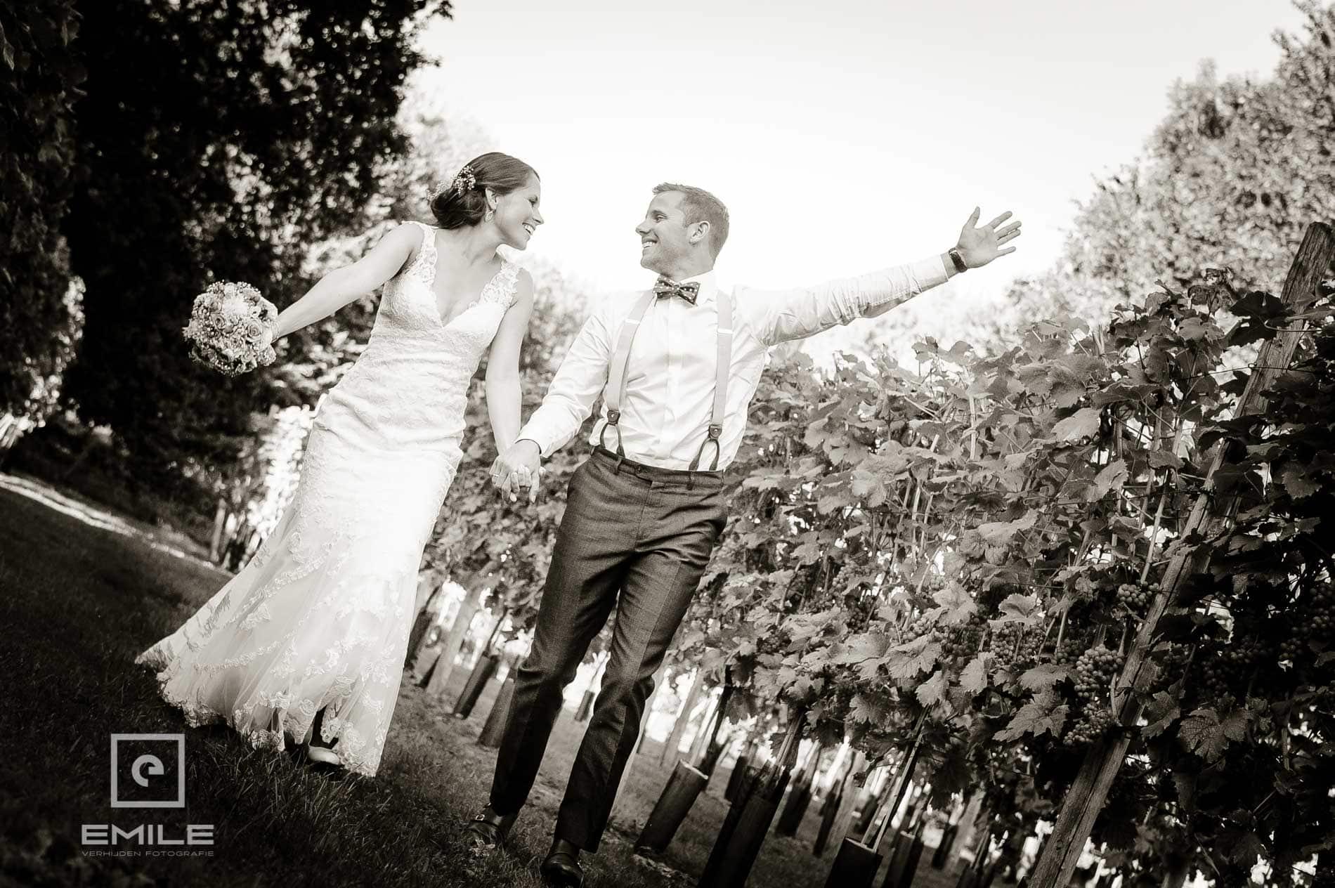 Bruidsfotograaf Landgraaf - Winselerhof. Samen rennen door de wei
