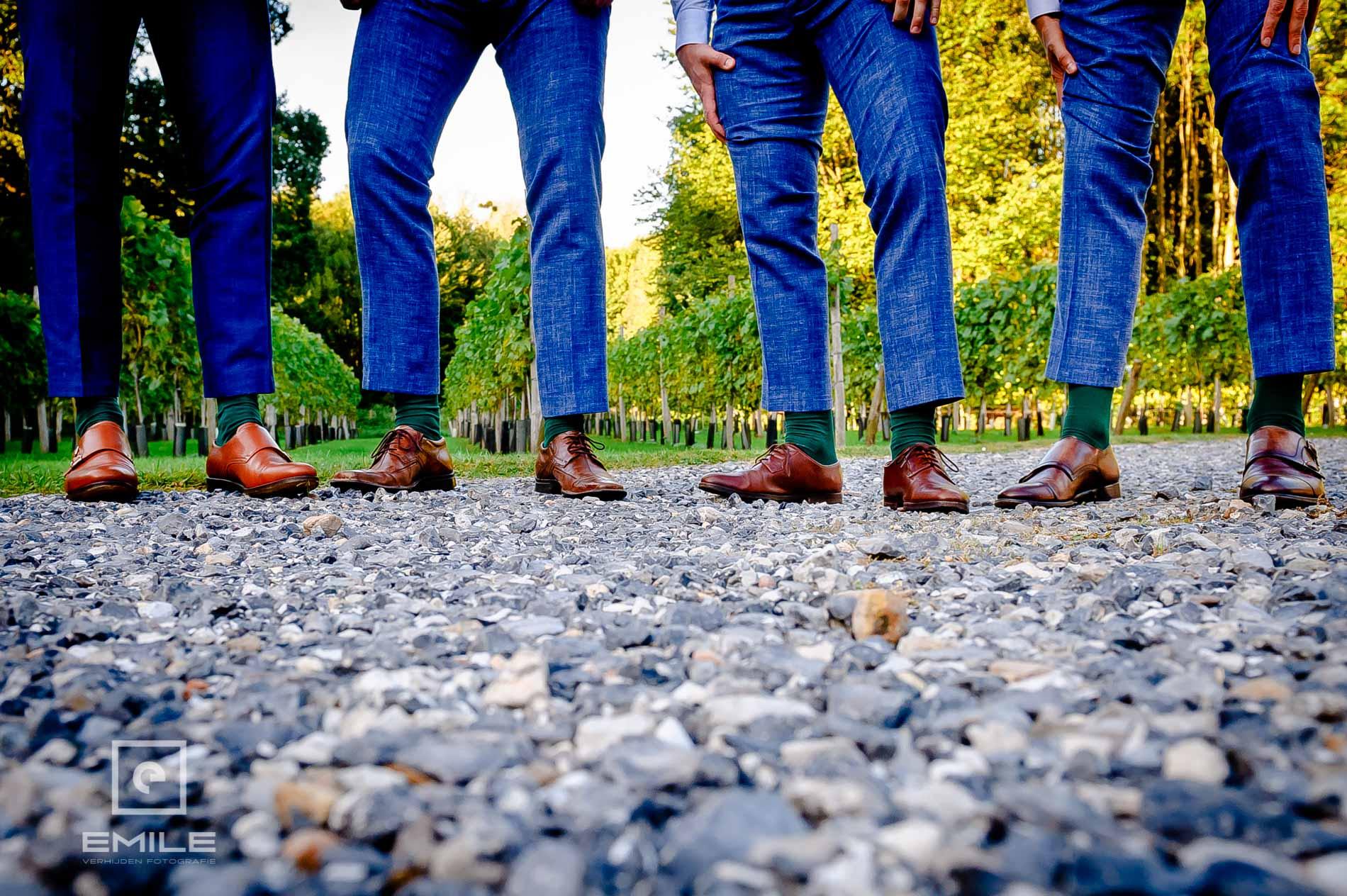 Bruidsfotograaf Landgraaf Winselerhof. De mannen laten hun schoenen zien