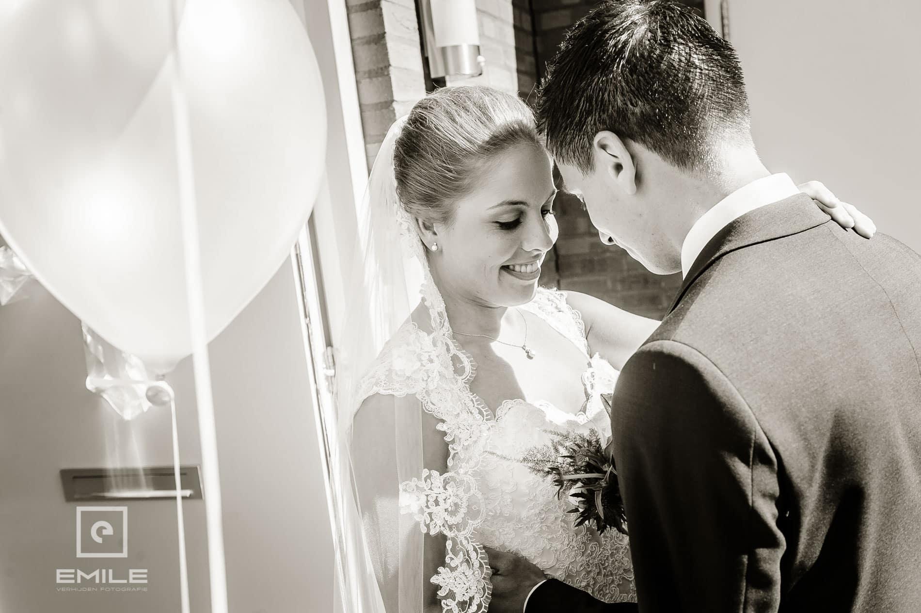 De eerste begroeting van het bruidspaar. bruidsfotograaf venray