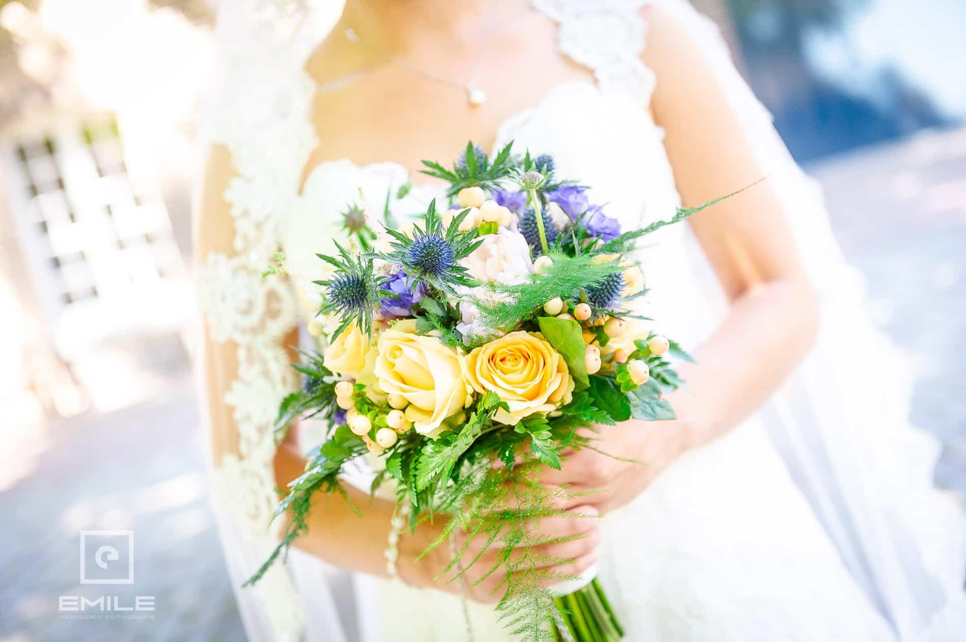 Bruidsfotograaf bij Kasteeltuinen Arcen, close-up van het bruidsboeket