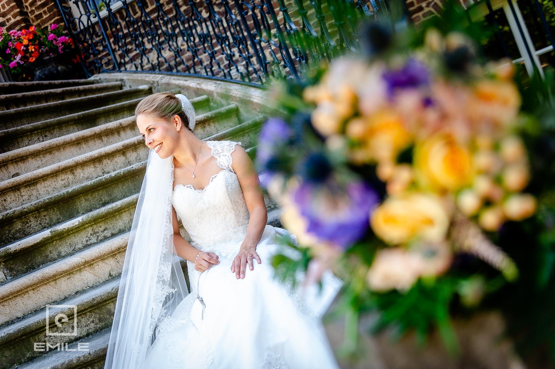 Scherpte diepte foto van bruid op trap  bij Kasteeltuinen Arcen
