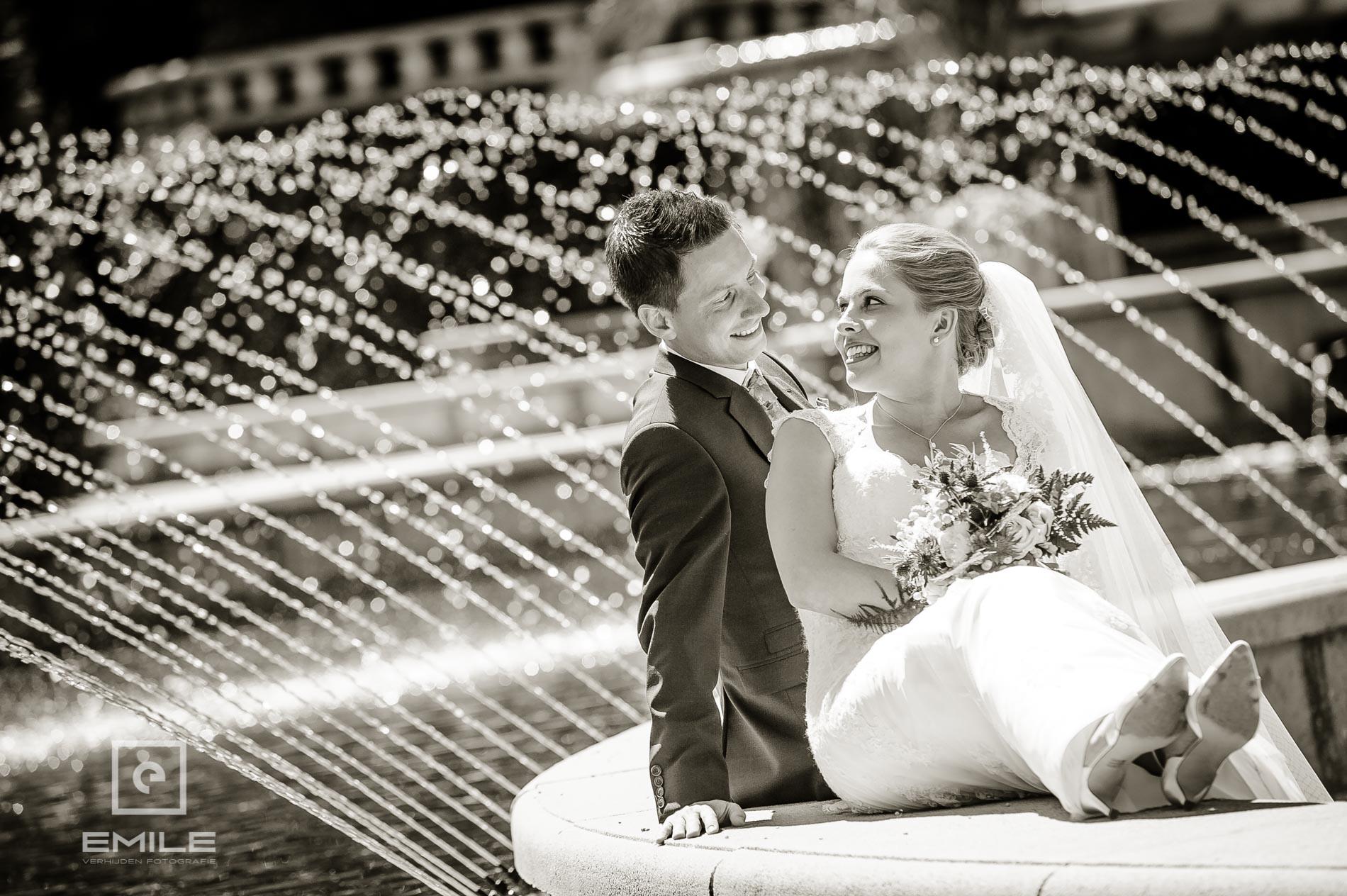 Bruidsfotograaf bij Kasteeltuinen Arcen. Top foto bij de vijver en fontein!