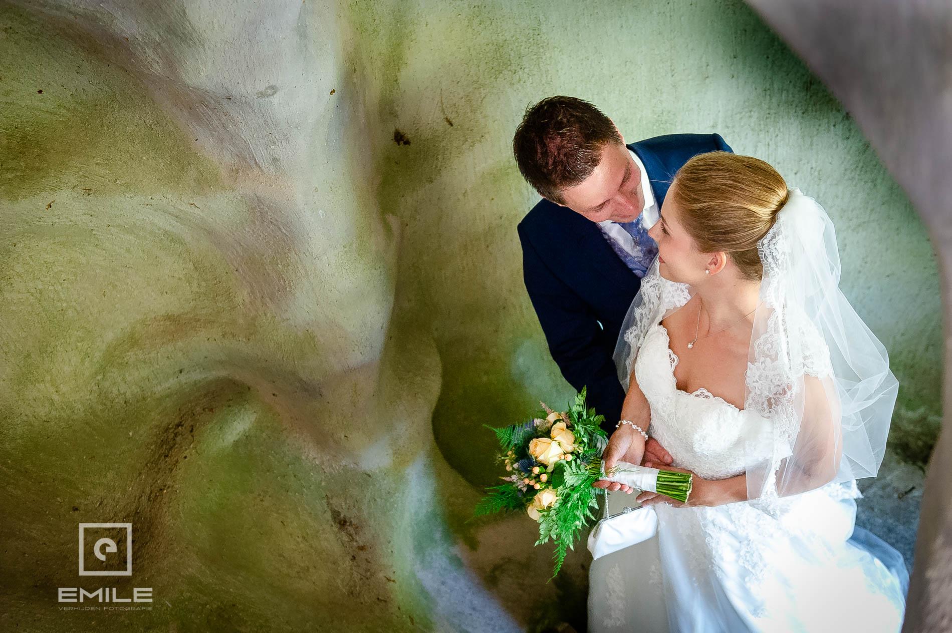 Bruidsfotograaf bij Kasteeltuinen Arcen, samen in het trappengat