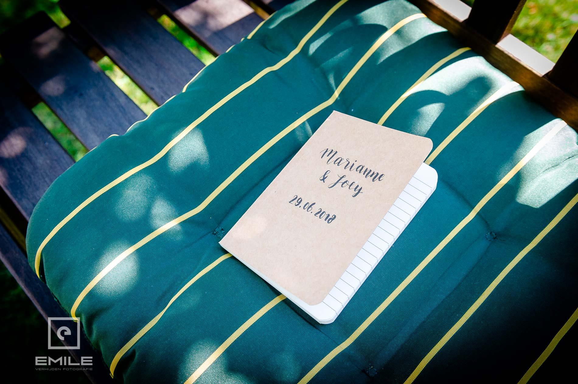 Trouwboekje ligt klaar op de stoel van Partycentrum de Hoeve Venlo