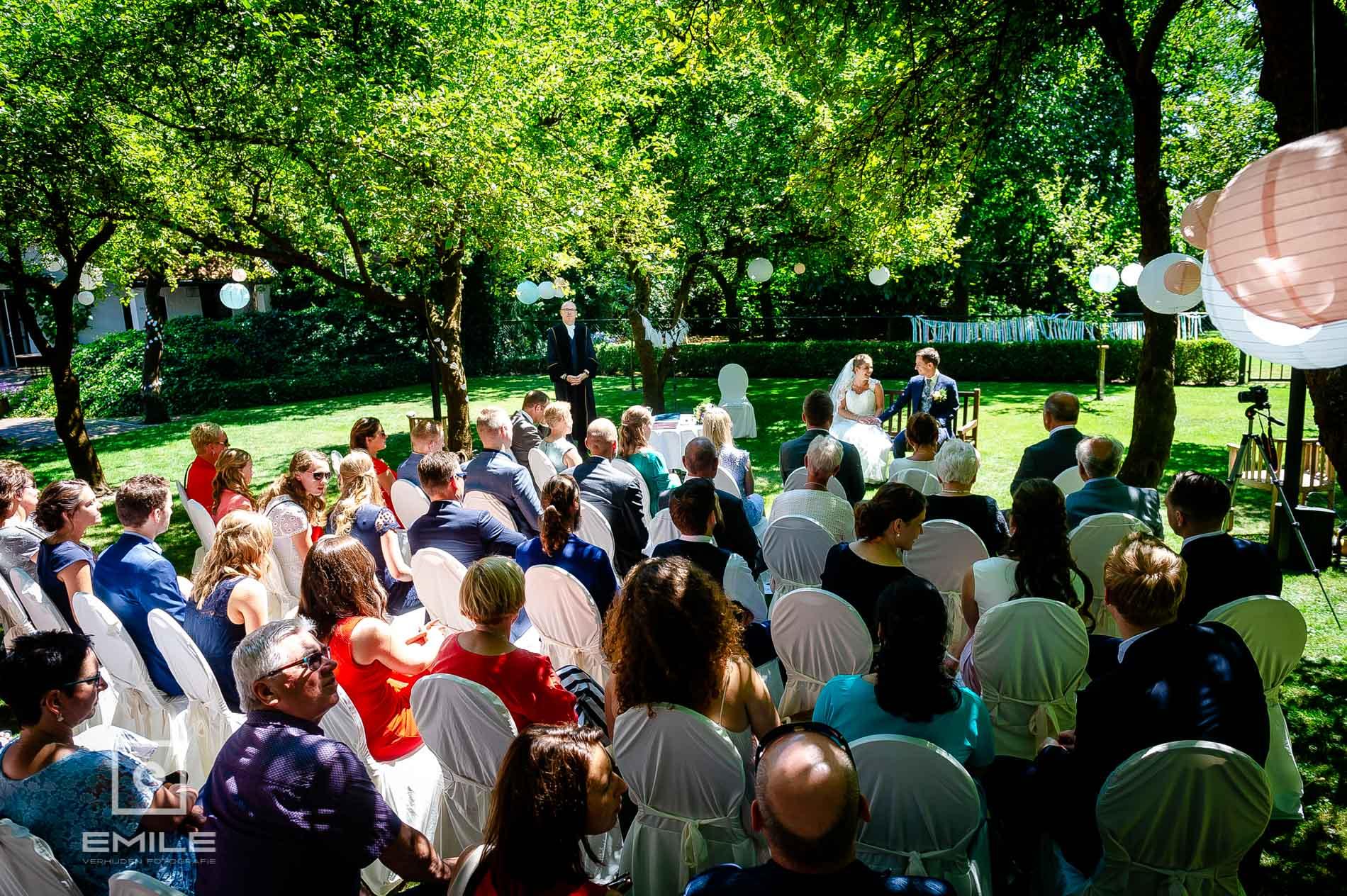 De trouwceremonie in de tuin  van Partycentrum de Hoeve Venlo, een overzichtsfoto