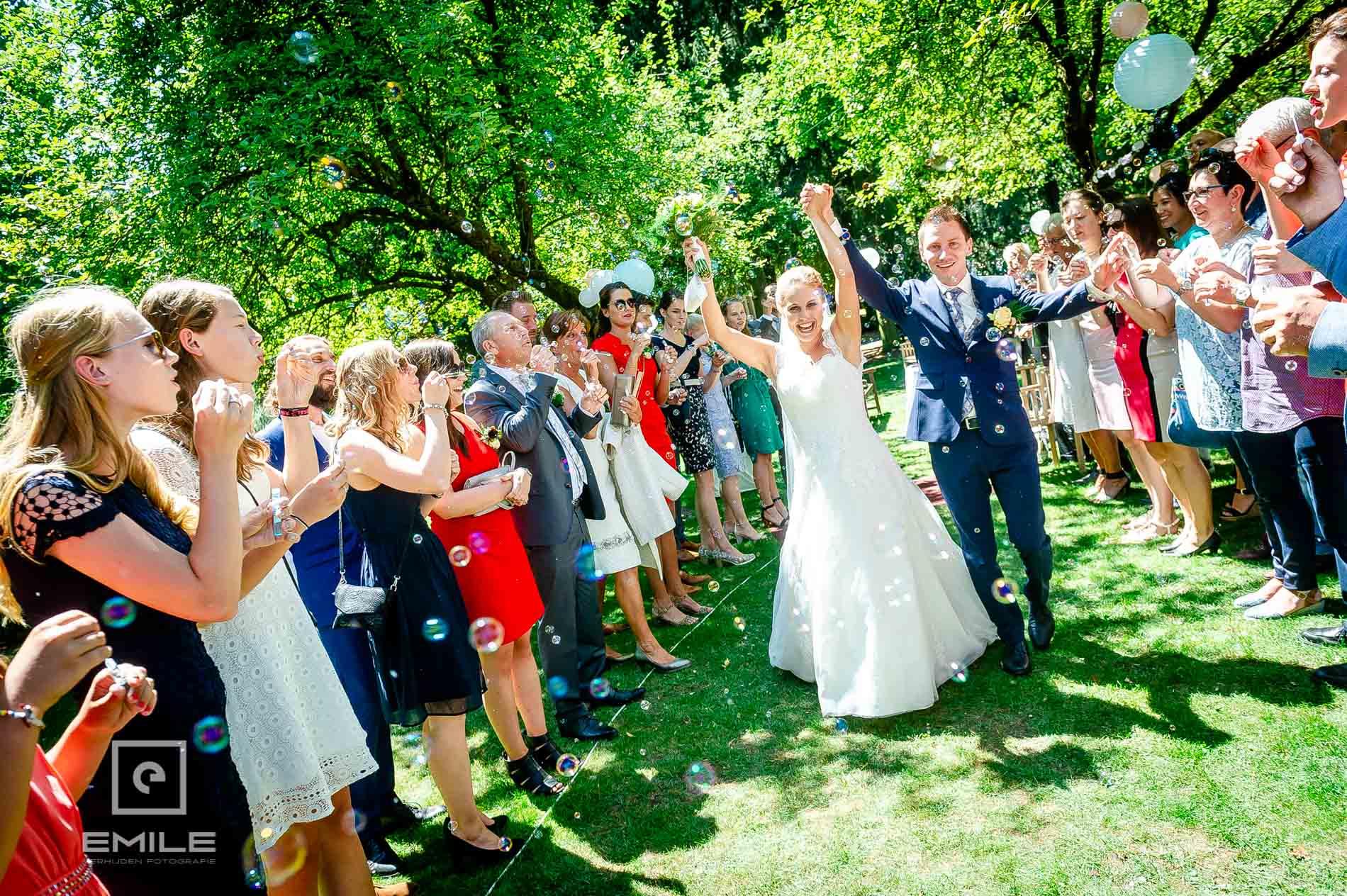 Bruidspaar is getrouwd en juicht in tuin van Partycentrum de Hoeve Venlo