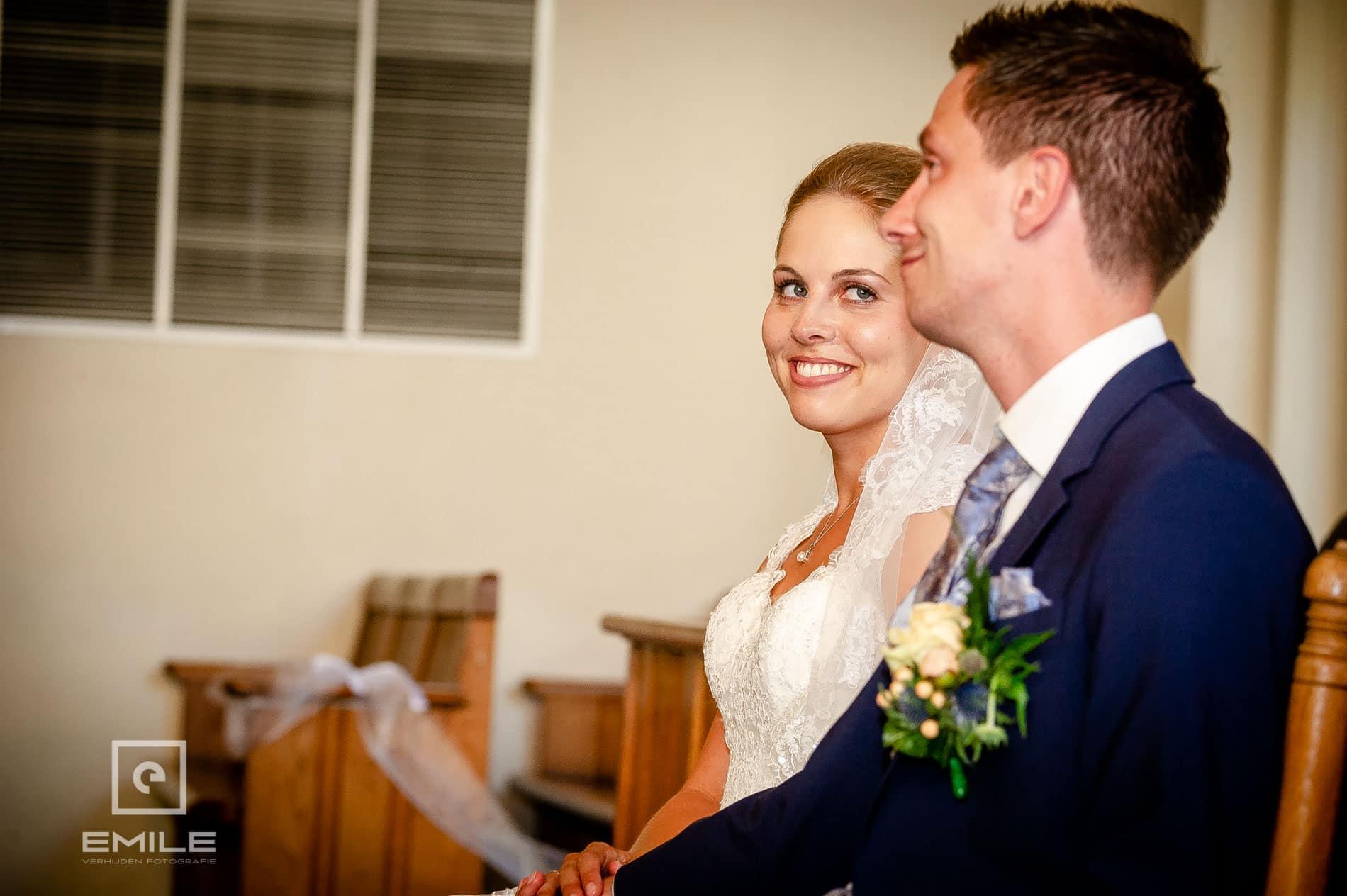 Bruidspaar in de kerk van Venlo. Bruid kijkt naar bruidegom