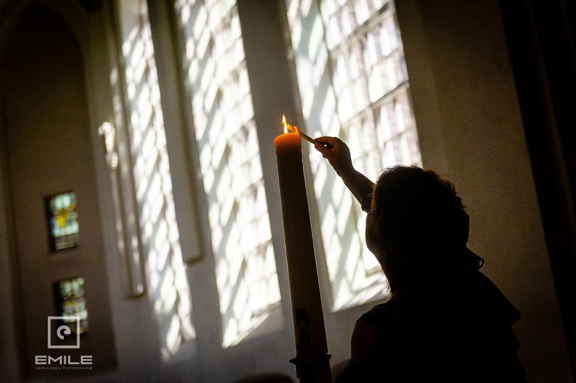 kaars wordt aangestoken in de kerk van Venlo