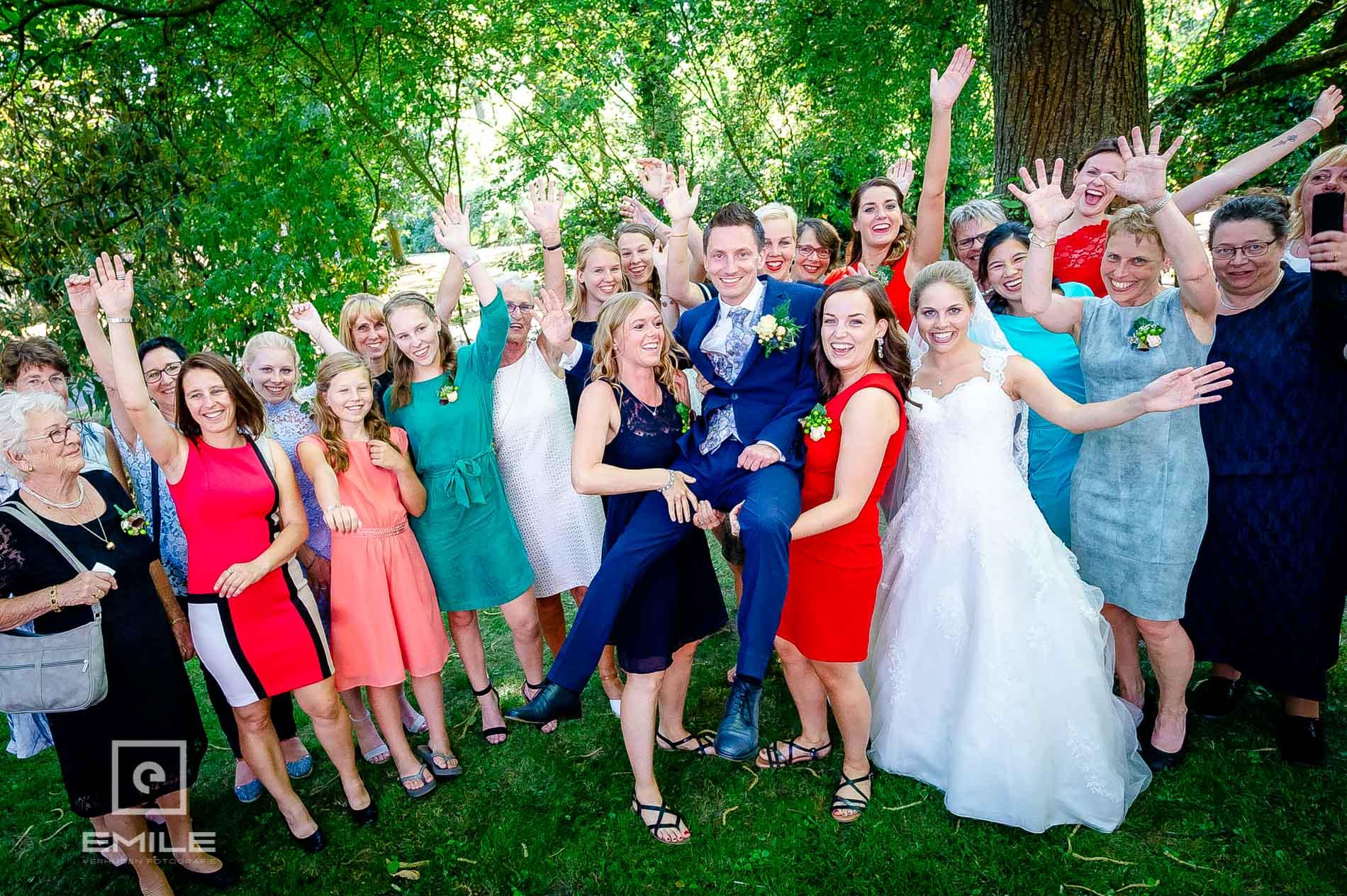 Bruidsfotograaf bij Partycentrum De Hoeve, een groepsfoto met alle meiden