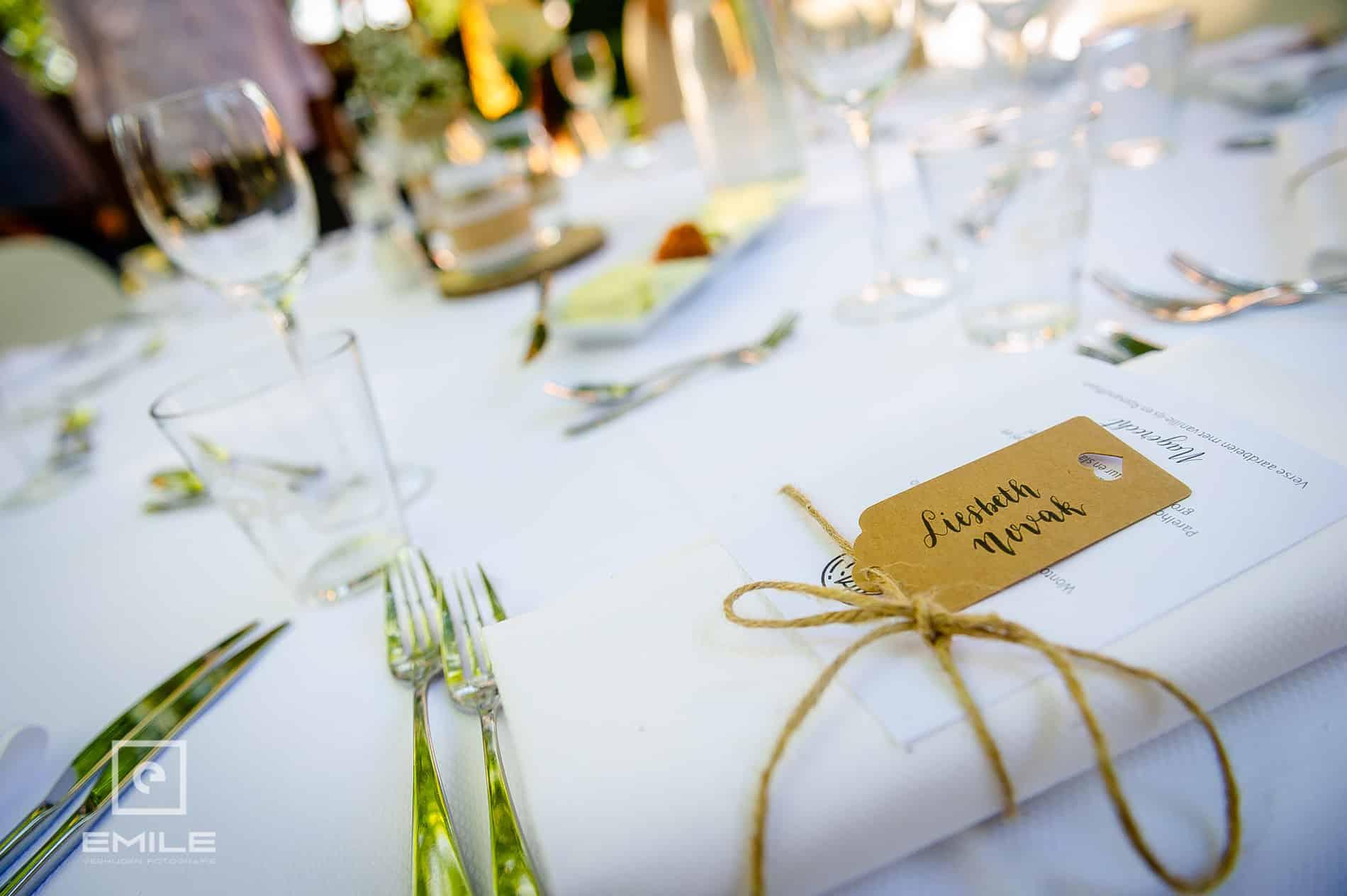 De tafel is gedekt voor de bruiloftgasten bij Partycentrum De Hoeve