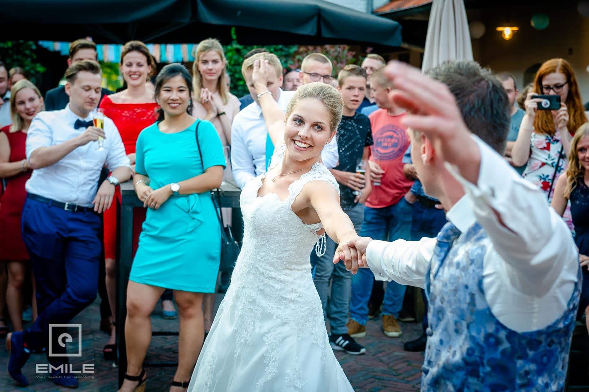 Bruidspaar start de openingsdans bij  Partycentrum De Hoeve