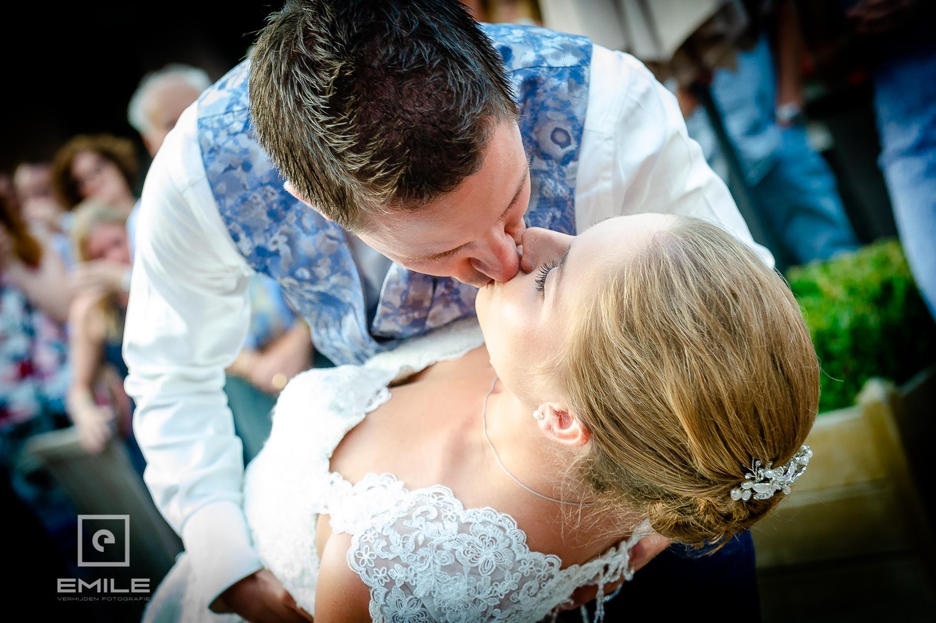 Bruidsfotograaf bij Partycentrum De Hoeve. Bruidspaar kust elkaar tijdens openingsdans