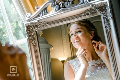 Bruid staat voor spiegel. Bruidsfotograaf Limburg