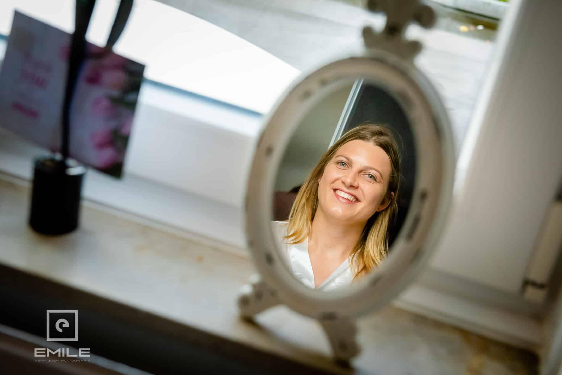 Bruidsfotograaf Kasteel Limbricht Bruid kijkt in spiegel