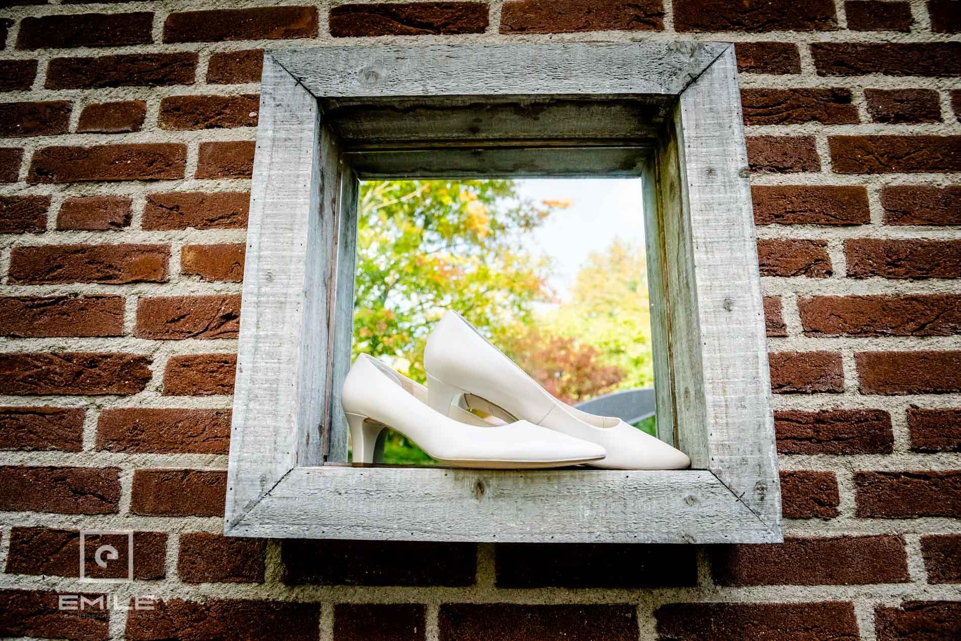 Bruidsfotograaf Kasteel Limbricht. De schoenen van de bruid. Trouwen in Limburg
